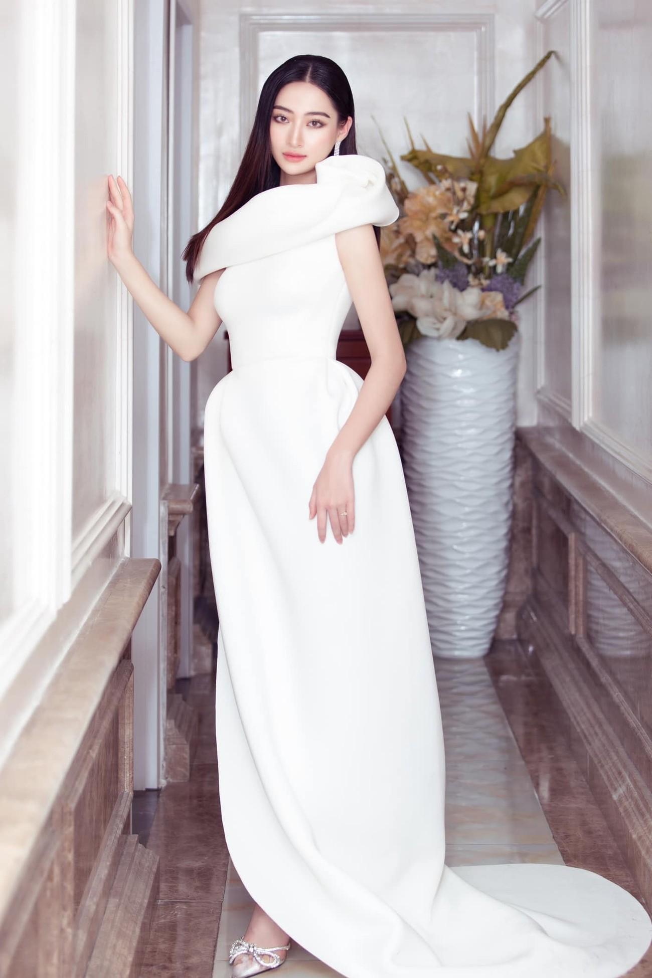 Tiểu Vy, Đỗ Mỹ Linh diện váy cắt xẻ nóng bỏng đọ đường cong đẹp mắt ảnh 7