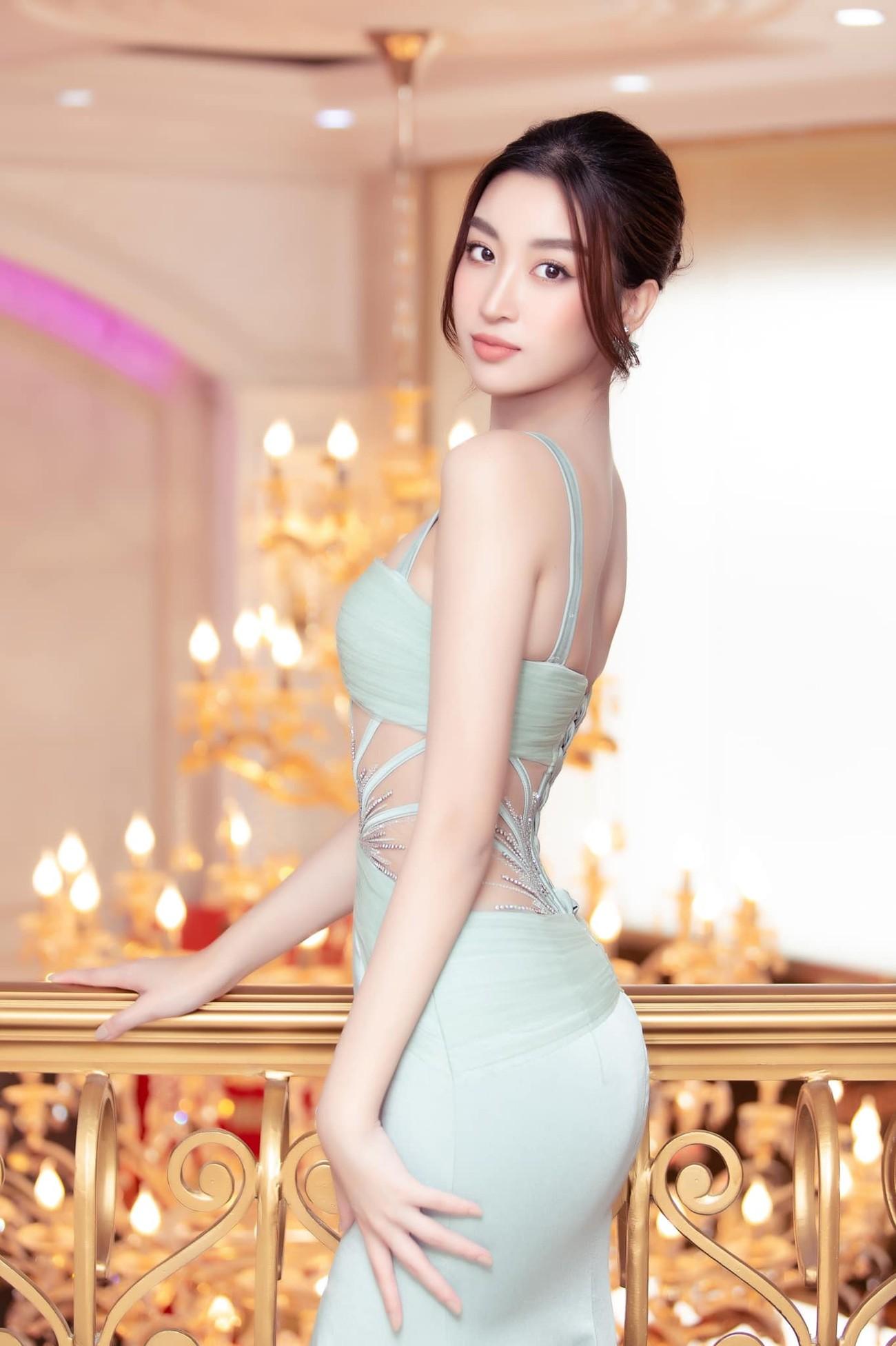 Tiểu Vy, Đỗ Mỹ Linh diện váy cắt xẻ nóng bỏng đọ đường cong đẹp mắt ảnh 5