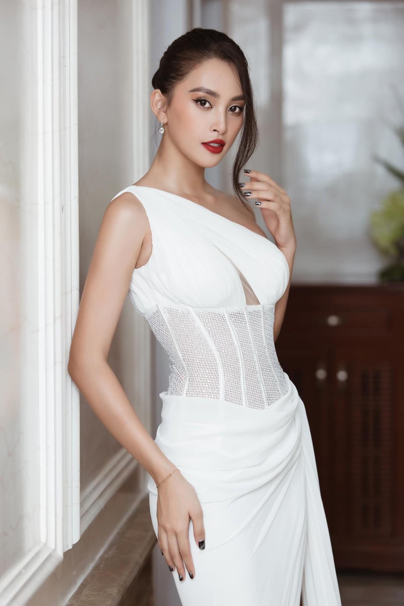 Tiểu Vy, Đỗ Mỹ Linh diện váy cắt xẻ nóng bỏng đọ đường cong đẹp mắt ảnh 3