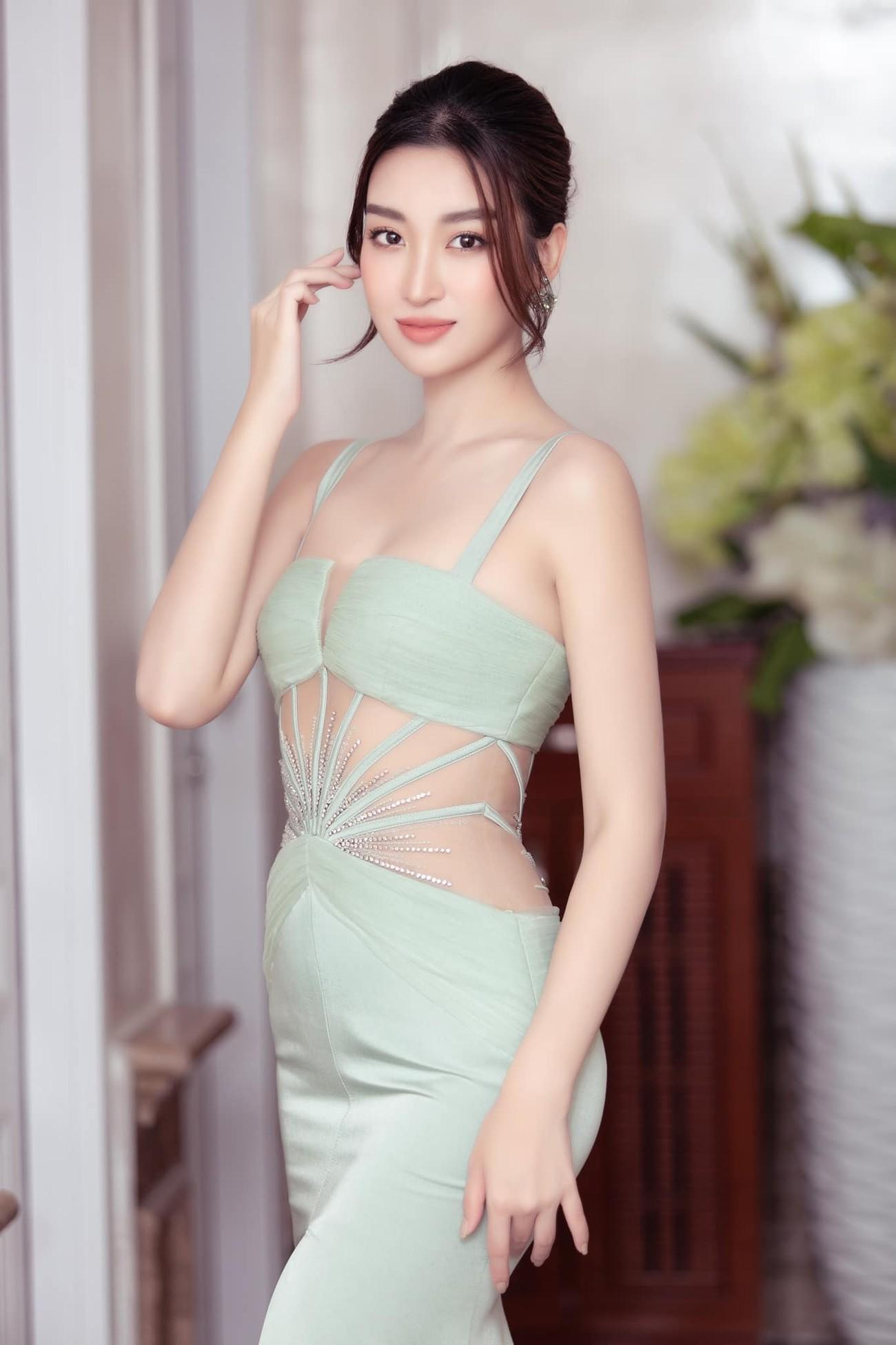 Tiểu Vy, Đỗ Mỹ Linh diện váy cắt xẻ nóng bỏng đọ đường cong đẹp mắt ảnh 6