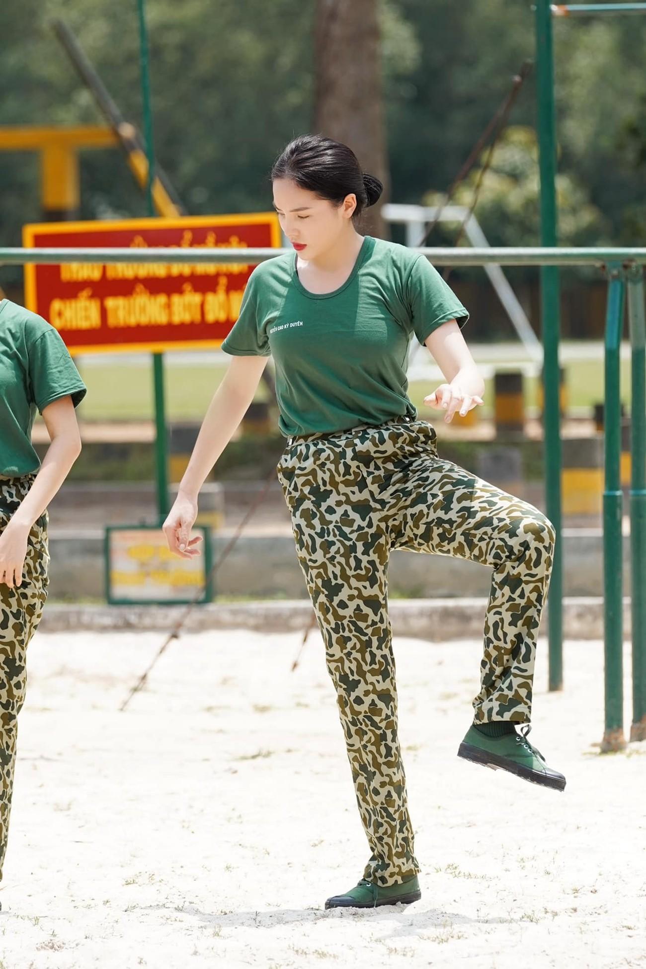 Hoa hậu Thuỳ Dung tái xuất xinh đẹp, Lương Thuỳ Linh diện áo dài đính kết lạ mắt ảnh 7