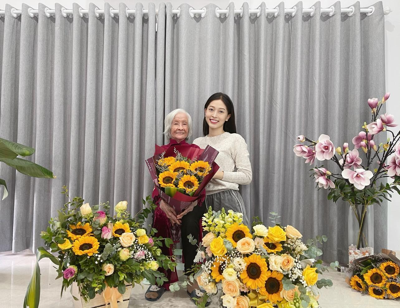 Hoa hậu Thuỳ Dung tái xuất xinh đẹp, Lương Thuỳ Linh diện áo dài đính kết lạ mắt ảnh 11