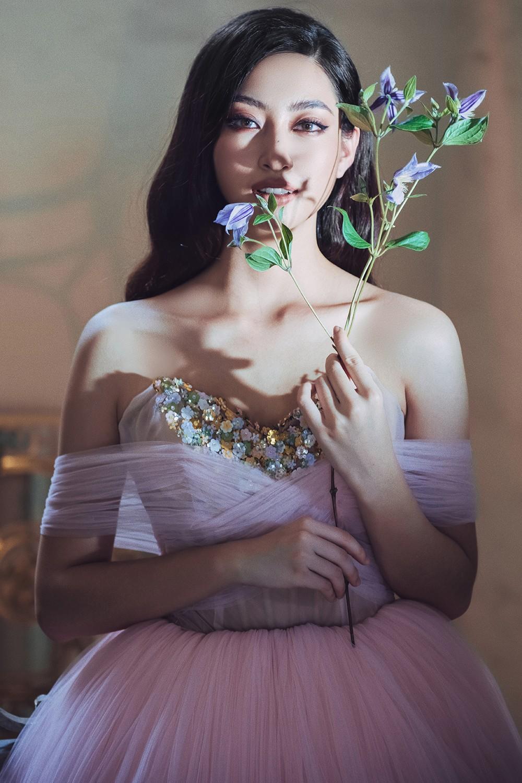 Body nuột nà và đôi chân 'cực phẩm' 1m22 của Miss World Vietnam Lương Thùy Linh ảnh 8