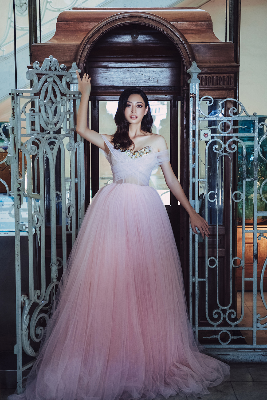 Body nuột nà và đôi chân 'cực phẩm' 1m22 của Miss World Vietnam Lương Thùy Linh ảnh 9