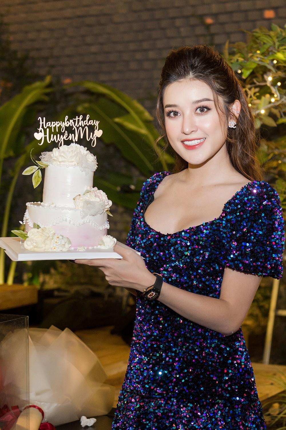 Á hậu Huyền My 'tình tứ' bên Trọng Đại trong tiệc sinh nhật đón tuổi 26 ảnh 10