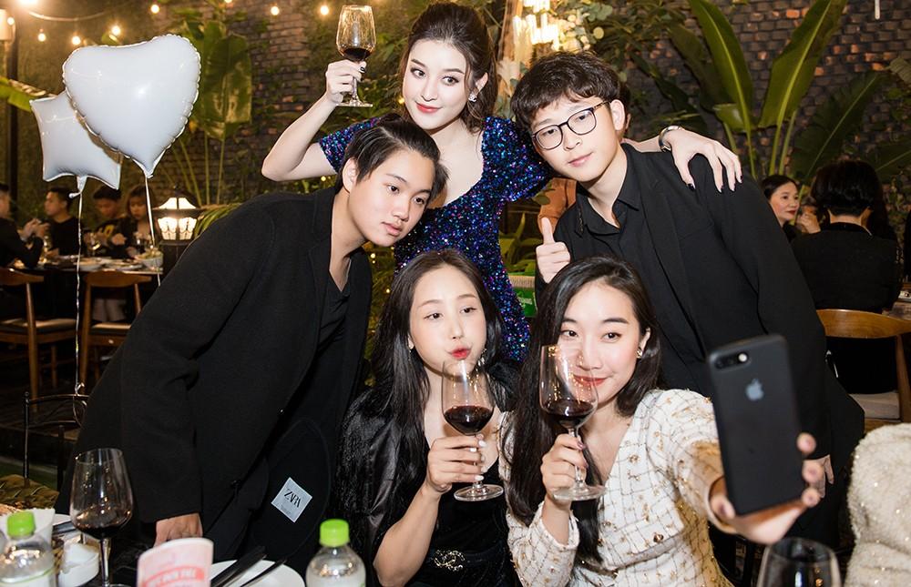 Á hậu Huyền My 'tình tứ' bên Trọng Đại trong tiệc sinh nhật đón tuổi 26 ảnh 8
