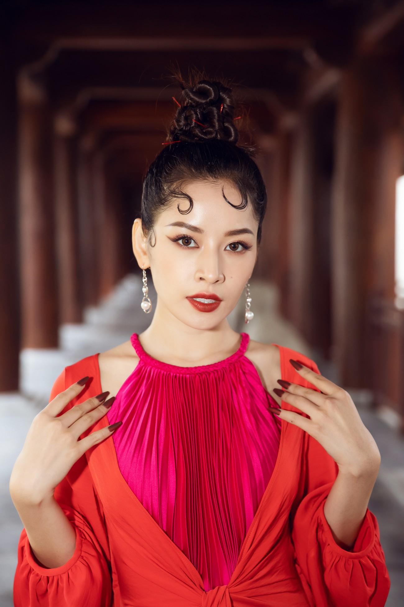 Tiểu Vy, Đỗ Mỹ Linh cùng dàn hậu mặc váy yếm quyến rũ giữa tiết trời lạnh giá ảnh 13
