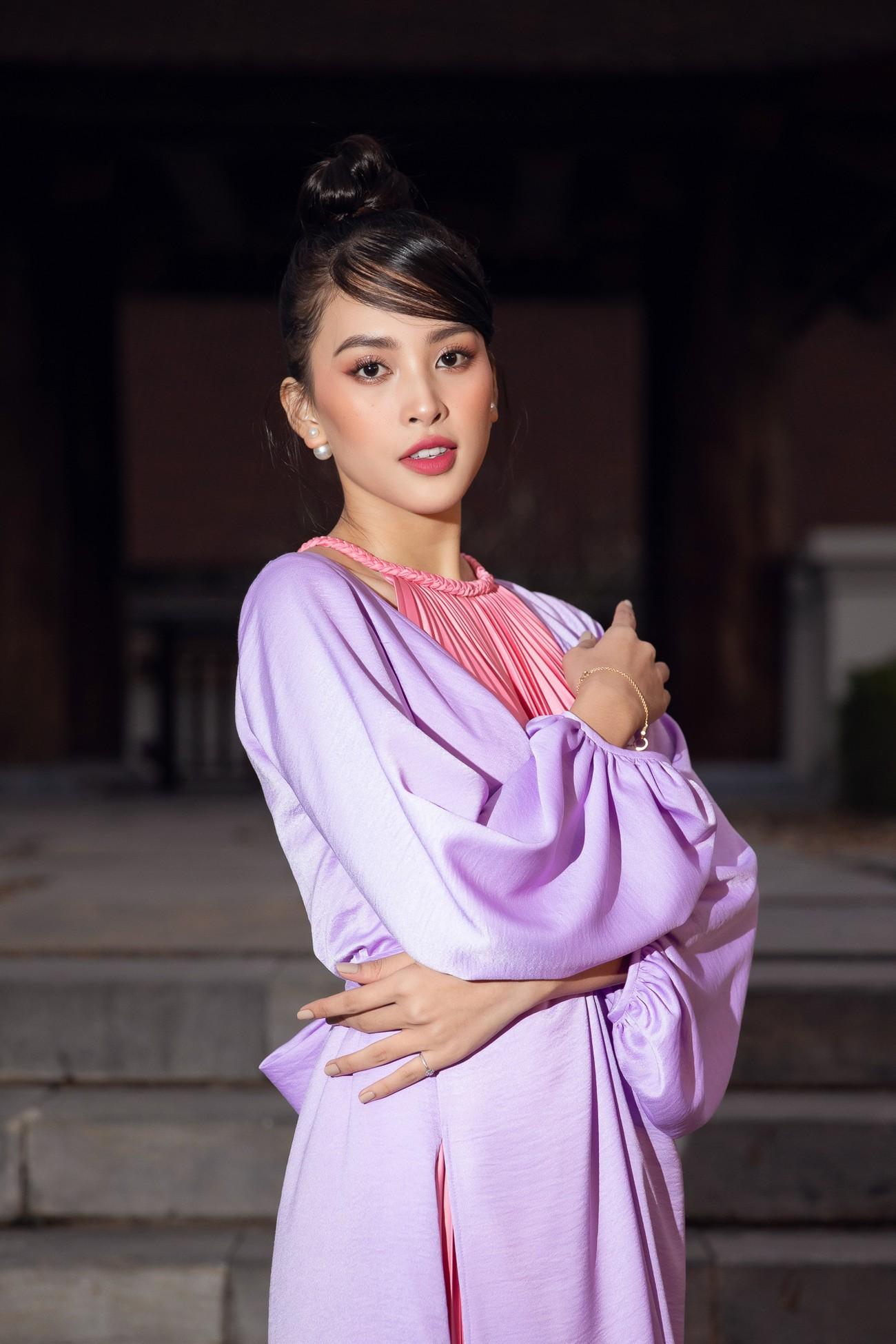Tiểu Vy, Đỗ Mỹ Linh cùng dàn hậu mặc váy yếm quyến rũ giữa tiết trời lạnh giá ảnh 2