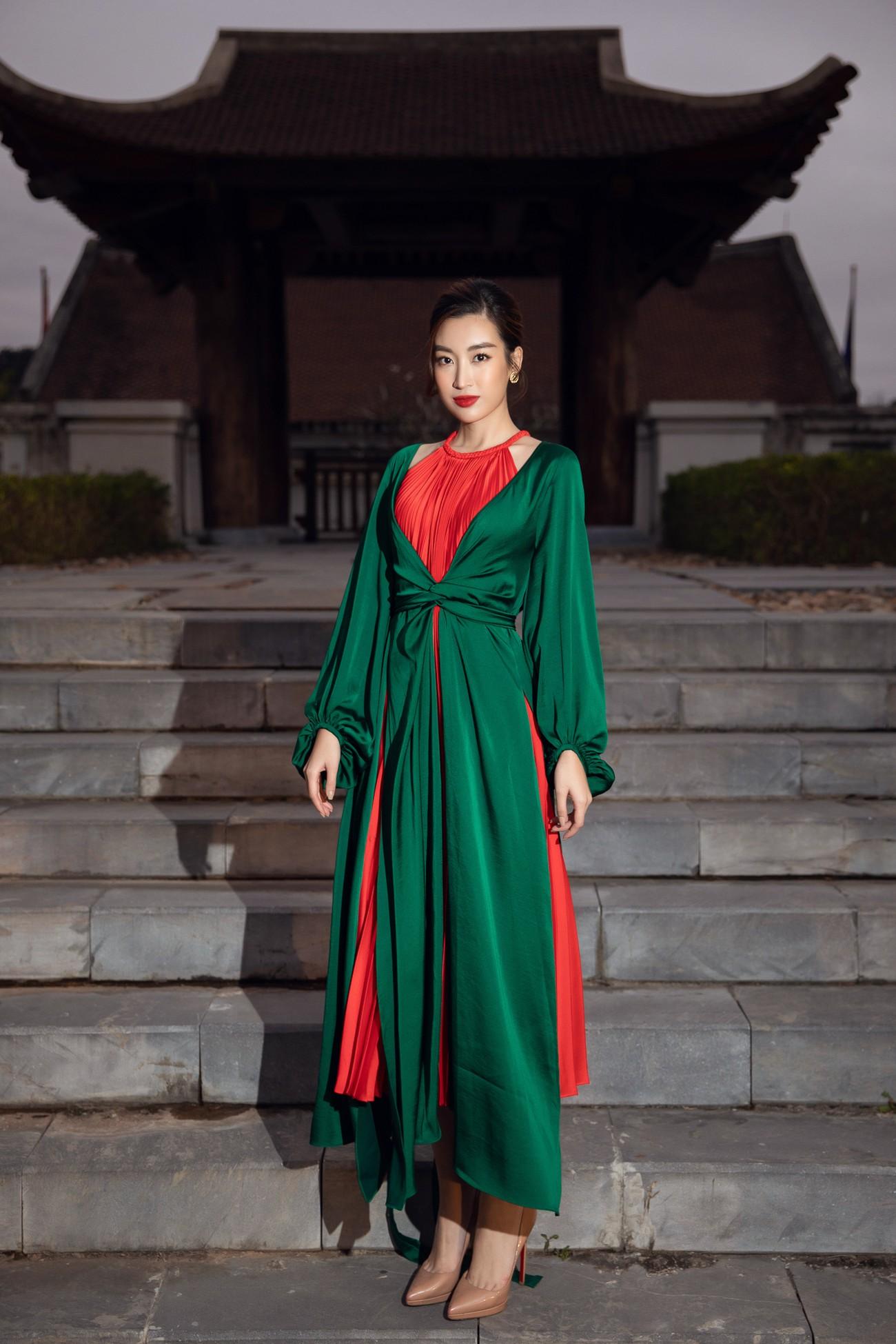 Tiểu Vy, Đỗ Mỹ Linh cùng dàn hậu mặc váy yếm quyến rũ giữa tiết trời lạnh giá ảnh 4