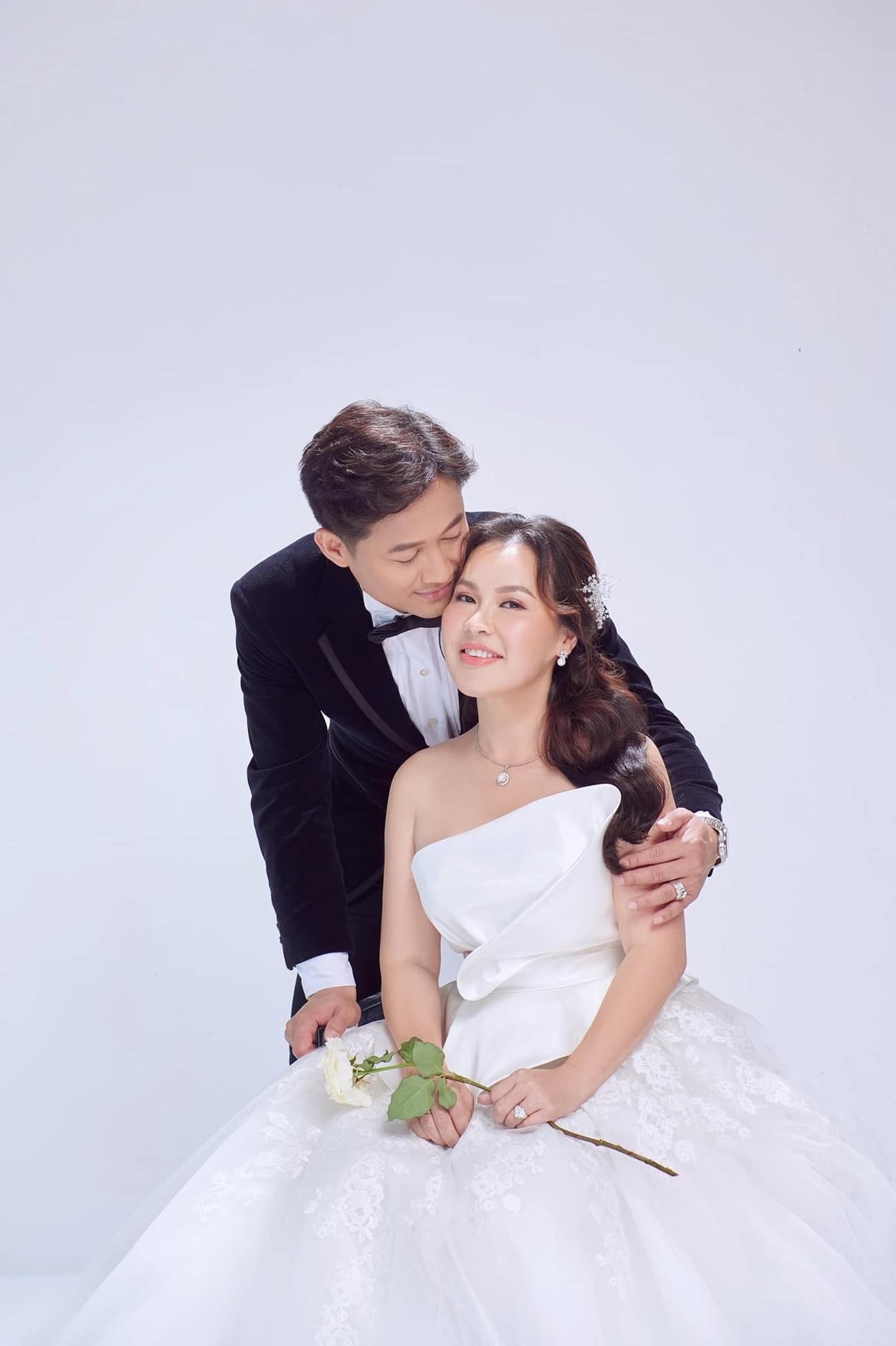 Hé lộ thêm ảnh cưới của Quý Bình, vợ doanh nhân cực trẻ trung và xinh đẹp ảnh 4