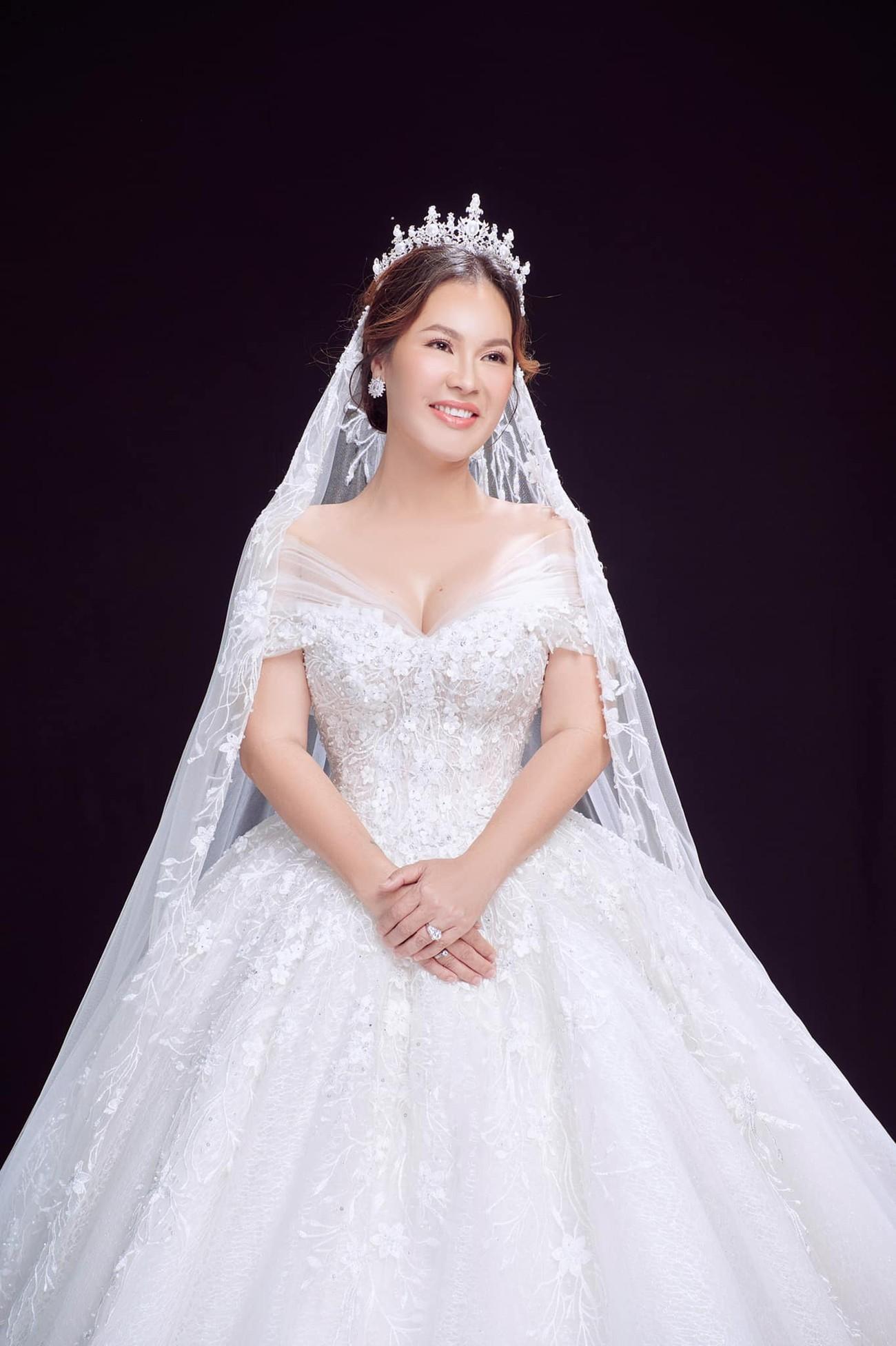 Hé lộ thêm ảnh cưới của Quý Bình, vợ doanh nhân cực trẻ trung và xinh đẹp ảnh 6