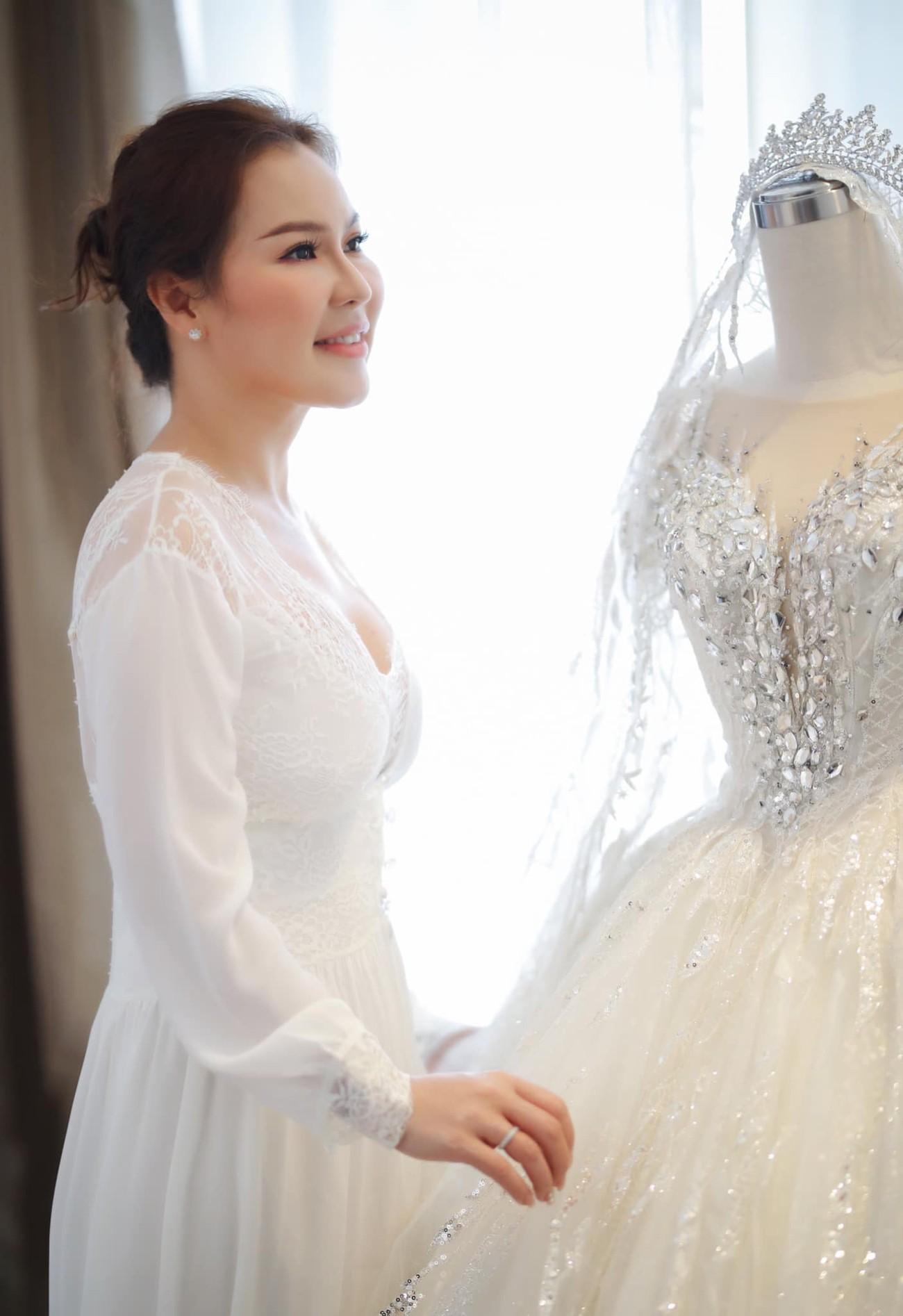 Hé lộ thêm ảnh cưới của Quý Bình, vợ doanh nhân cực trẻ trung và xinh đẹp ảnh 10