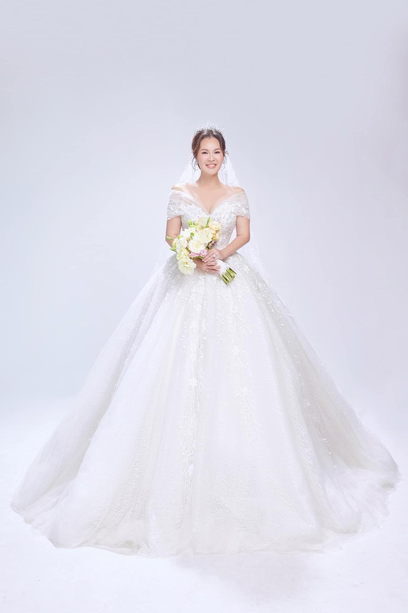 Hé lộ thêm ảnh cưới của Quý Bình, vợ doanh nhân cực trẻ trung và xinh đẹp ảnh 7