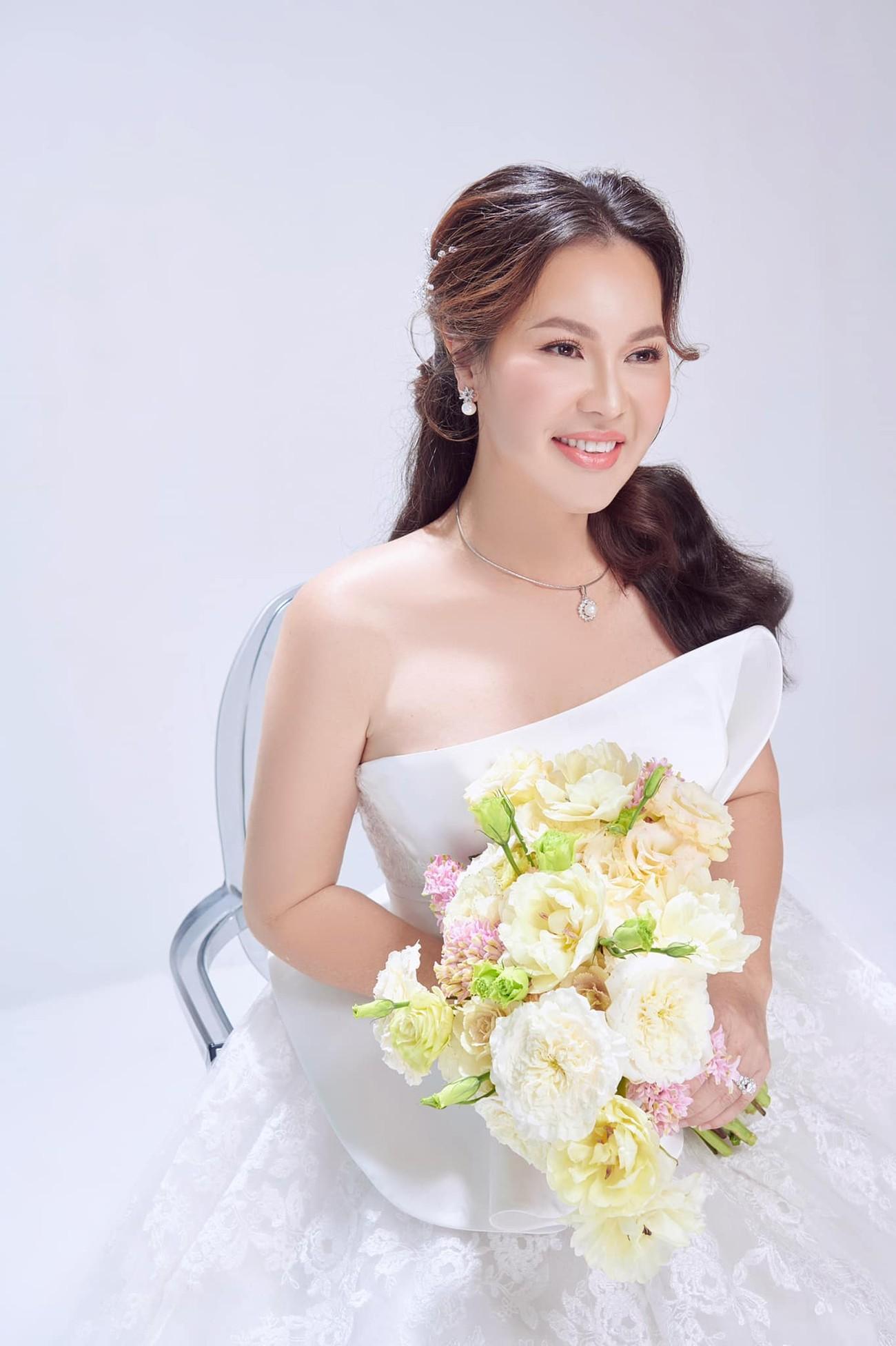 Hé lộ thêm ảnh cưới của Quý Bình, vợ doanh nhân cực trẻ trung và xinh đẹp ảnh 8