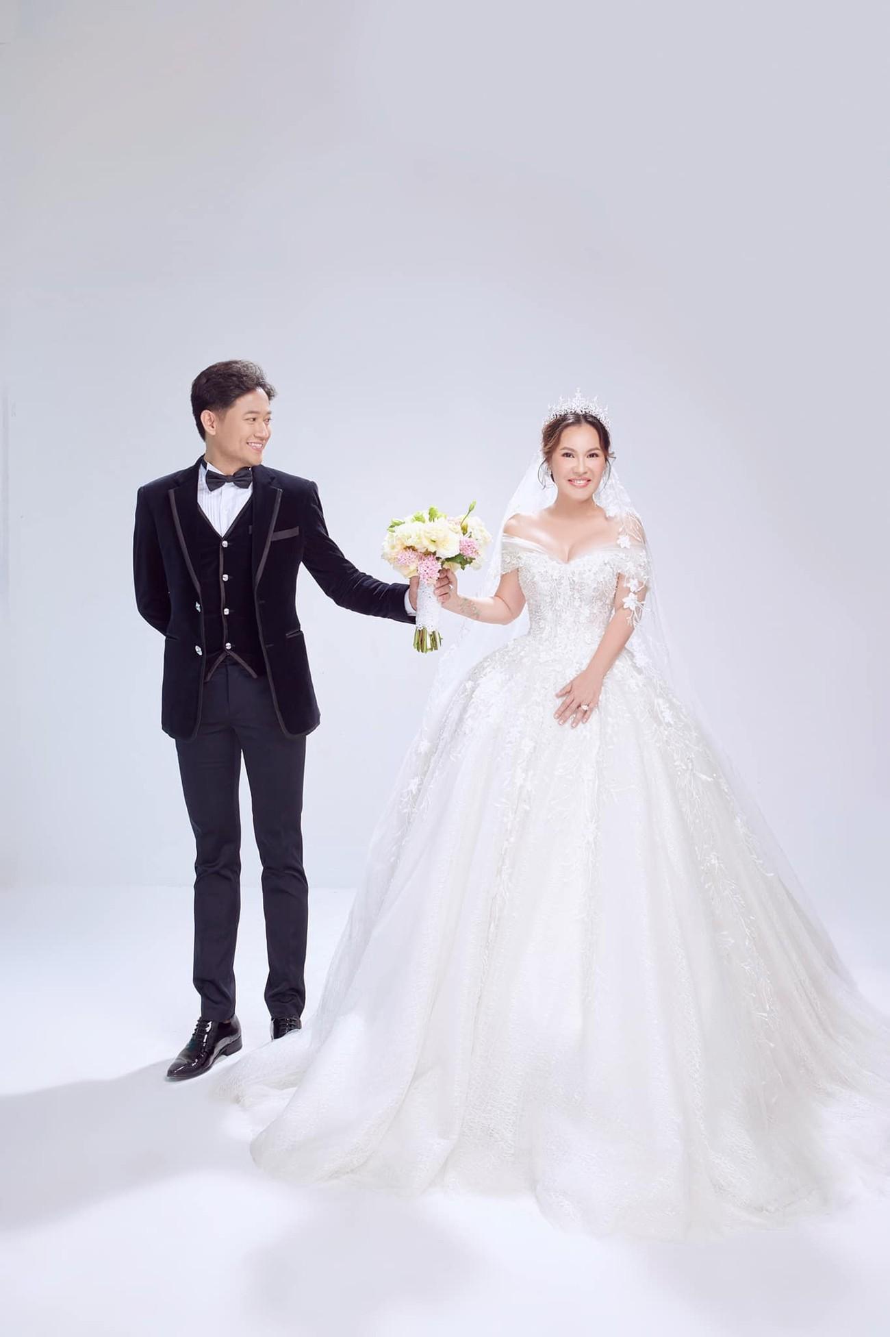 Hé lộ thêm ảnh cưới của Quý Bình, vợ doanh nhân cực trẻ trung và xinh đẹp ảnh 5