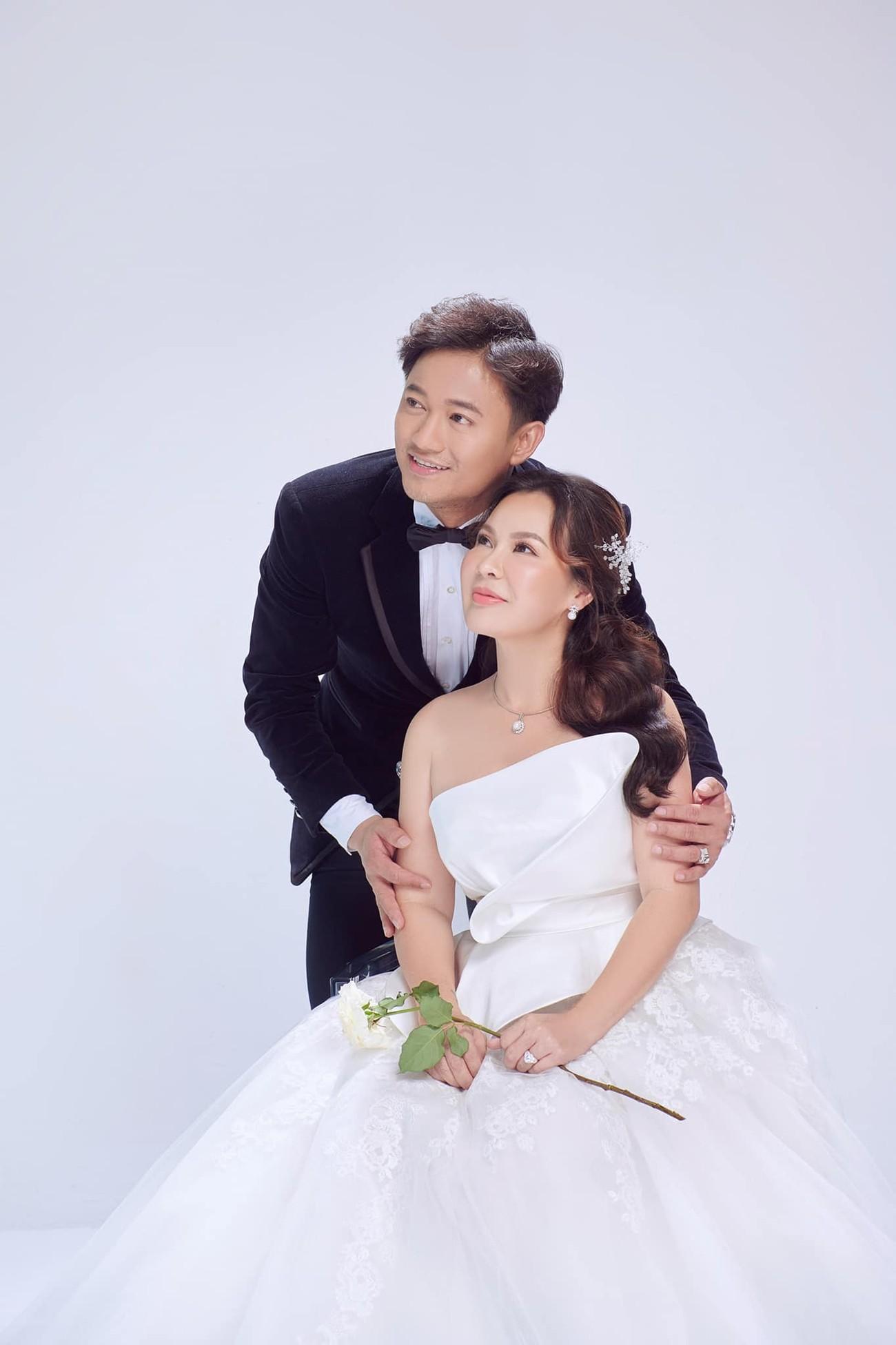 Hé lộ thêm ảnh cưới của Quý Bình, vợ doanh nhân cực trẻ trung và xinh đẹp ảnh 1