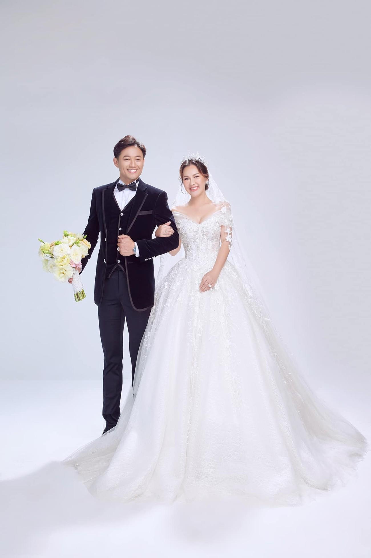 Hé lộ thêm ảnh cưới của Quý Bình, vợ doanh nhân cực trẻ trung và xinh đẹp ảnh 2