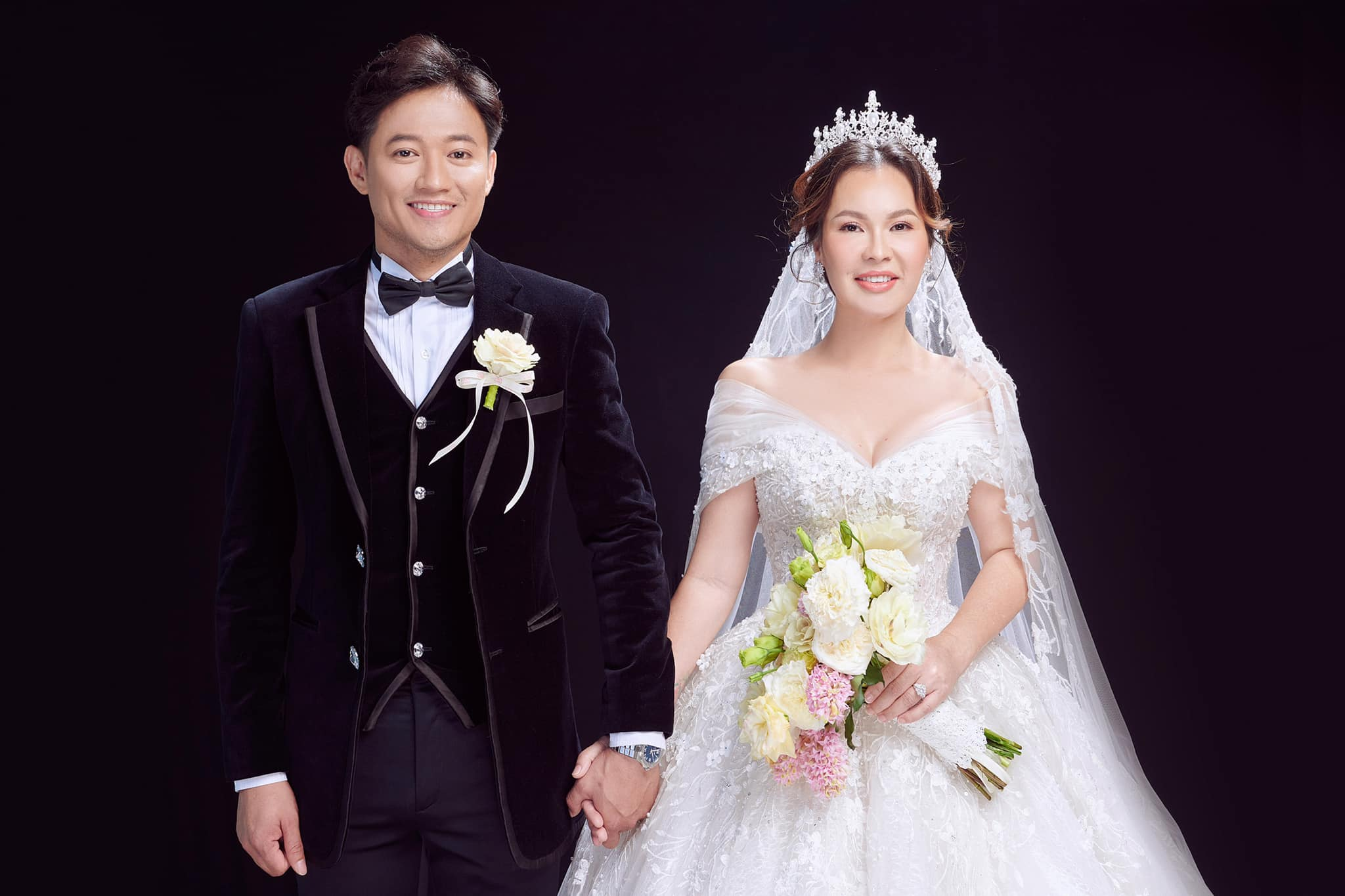 Hé lộ thêm ảnh cưới của Quý Bình, vợ doanh nhân cực trẻ trung và xinh đẹp ảnh 3