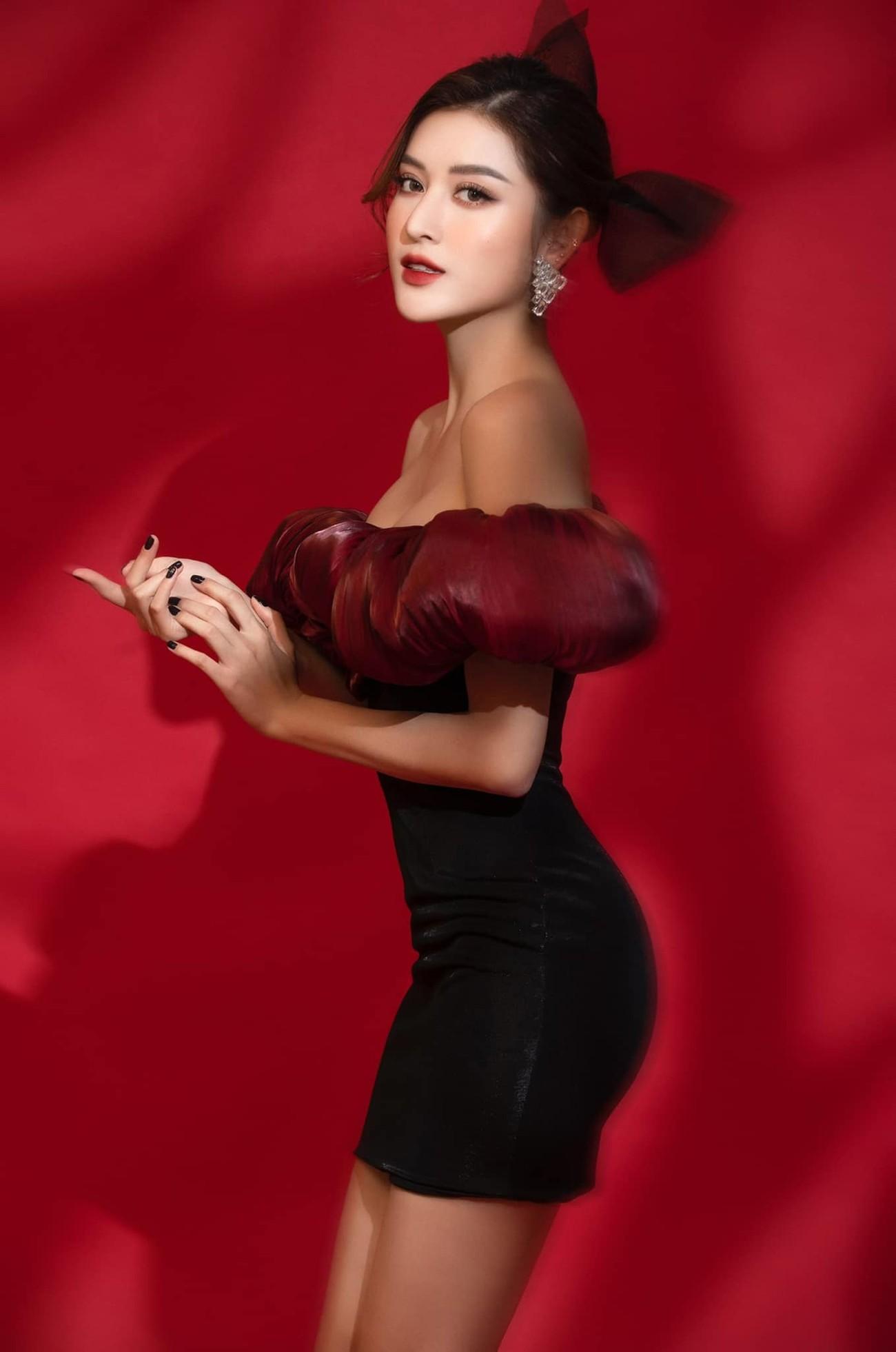 Tiểu Vy, Lương Thuỳ Linh diện váy cắt xẻ táo bạo khoe đường cong đẹp mắt ảnh 12