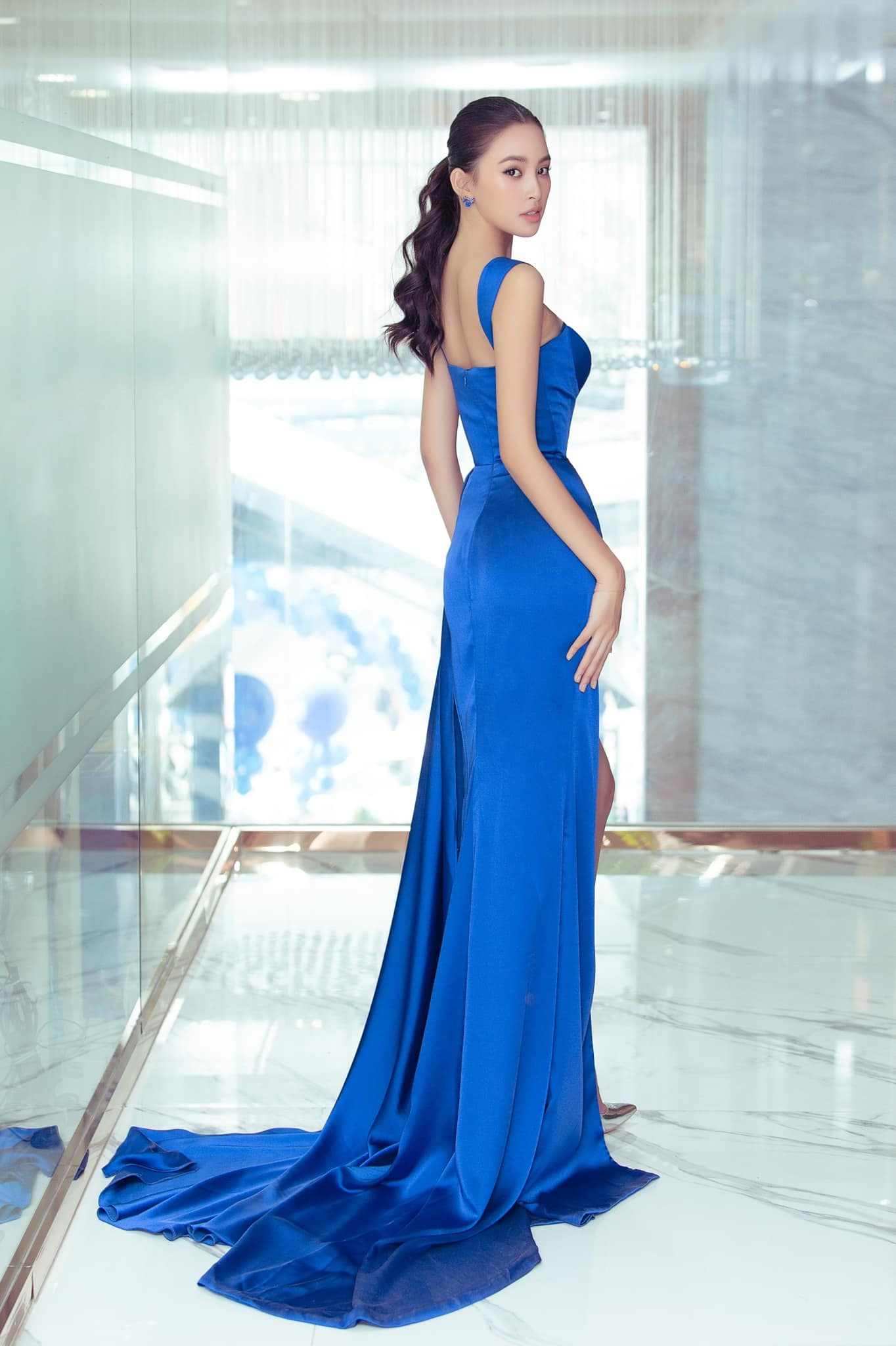 Tiểu Vy, Lương Thuỳ Linh diện váy cắt xẻ táo bạo khoe đường cong đẹp mắt ảnh 4
