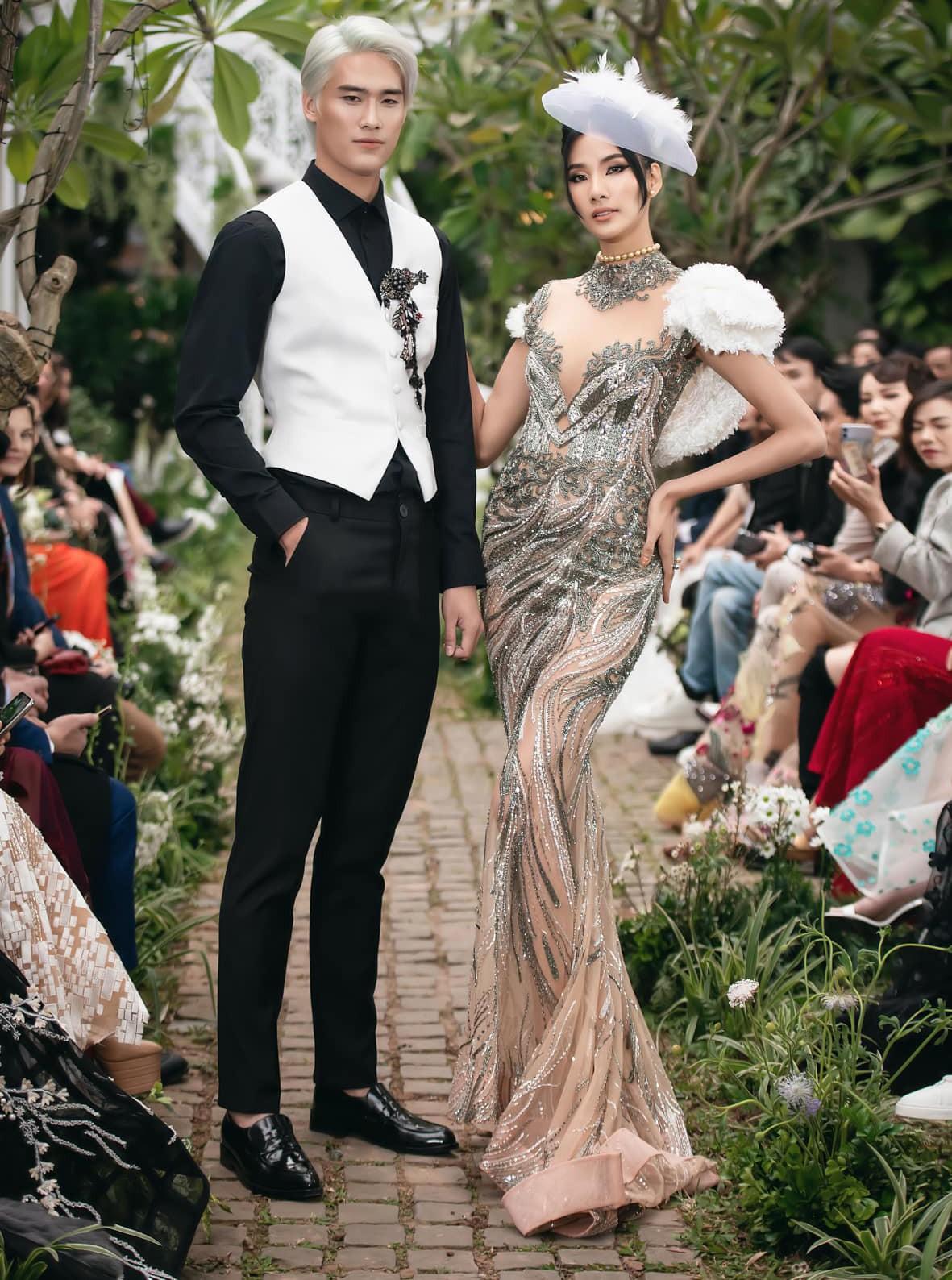 Tiểu Vy, Lương Thuỳ Linh diện váy cắt xẻ táo bạo khoe đường cong đẹp mắt ảnh 11