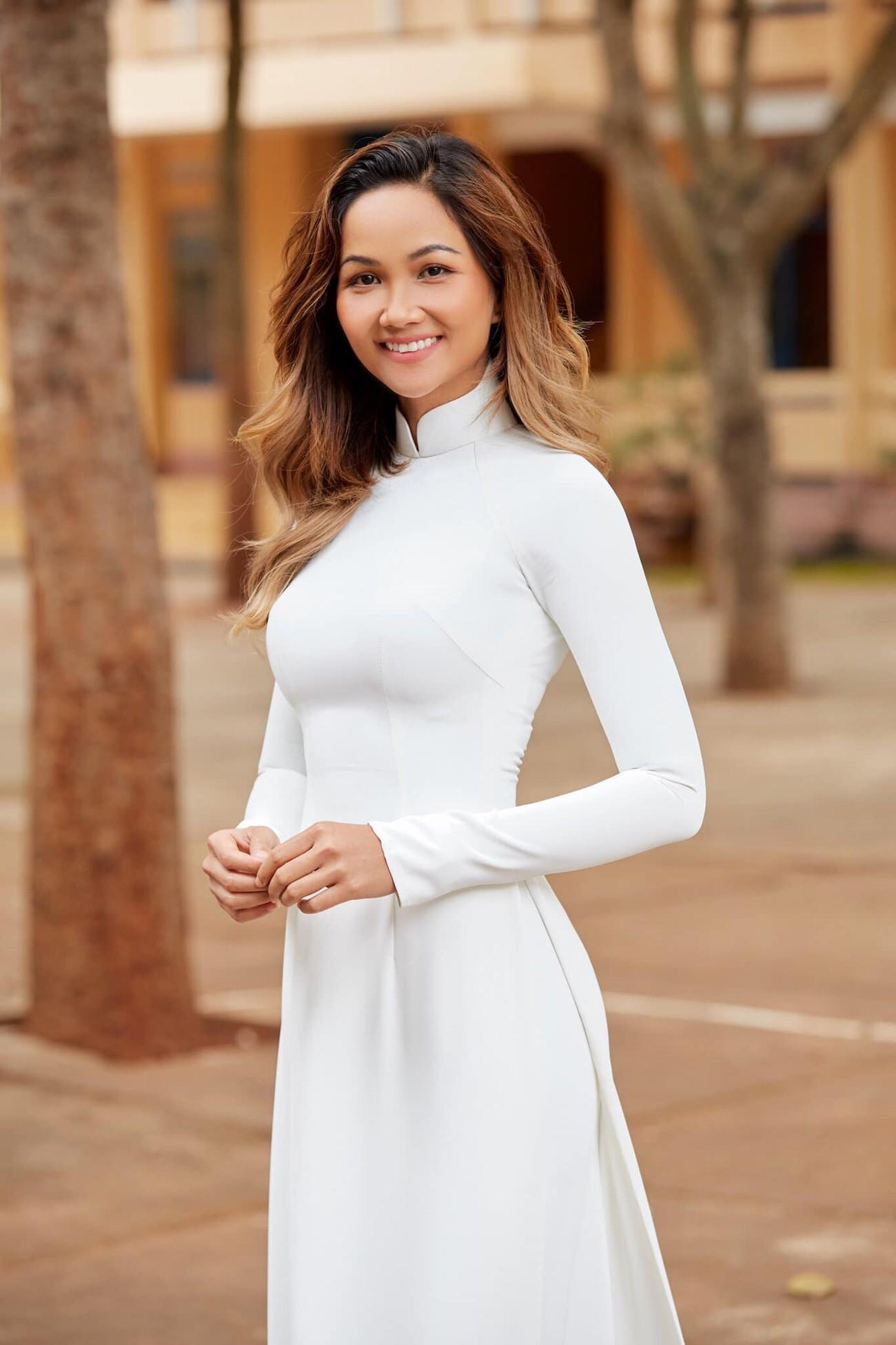H'Hen Niê nữ tính với áo dài trắng, Mâu Thuỷ mặc kín mít vẫn khoe được eo thon nóng bỏng ảnh 3