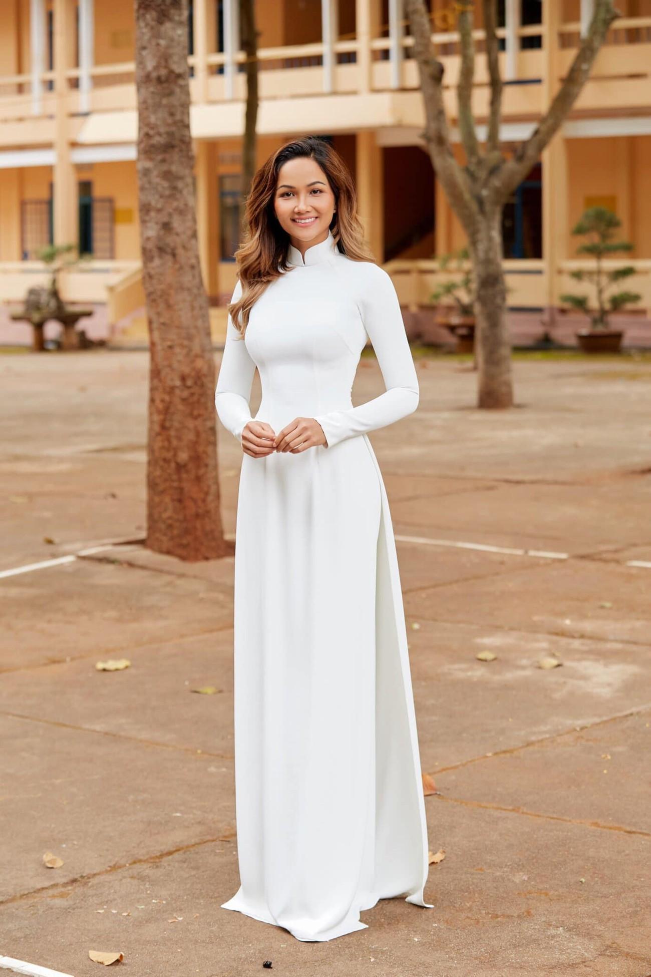 H'Hen Niê nữ tính với áo dài trắng, Mâu Thuỷ mặc kín mít vẫn khoe được eo thon nóng bỏng ảnh 1