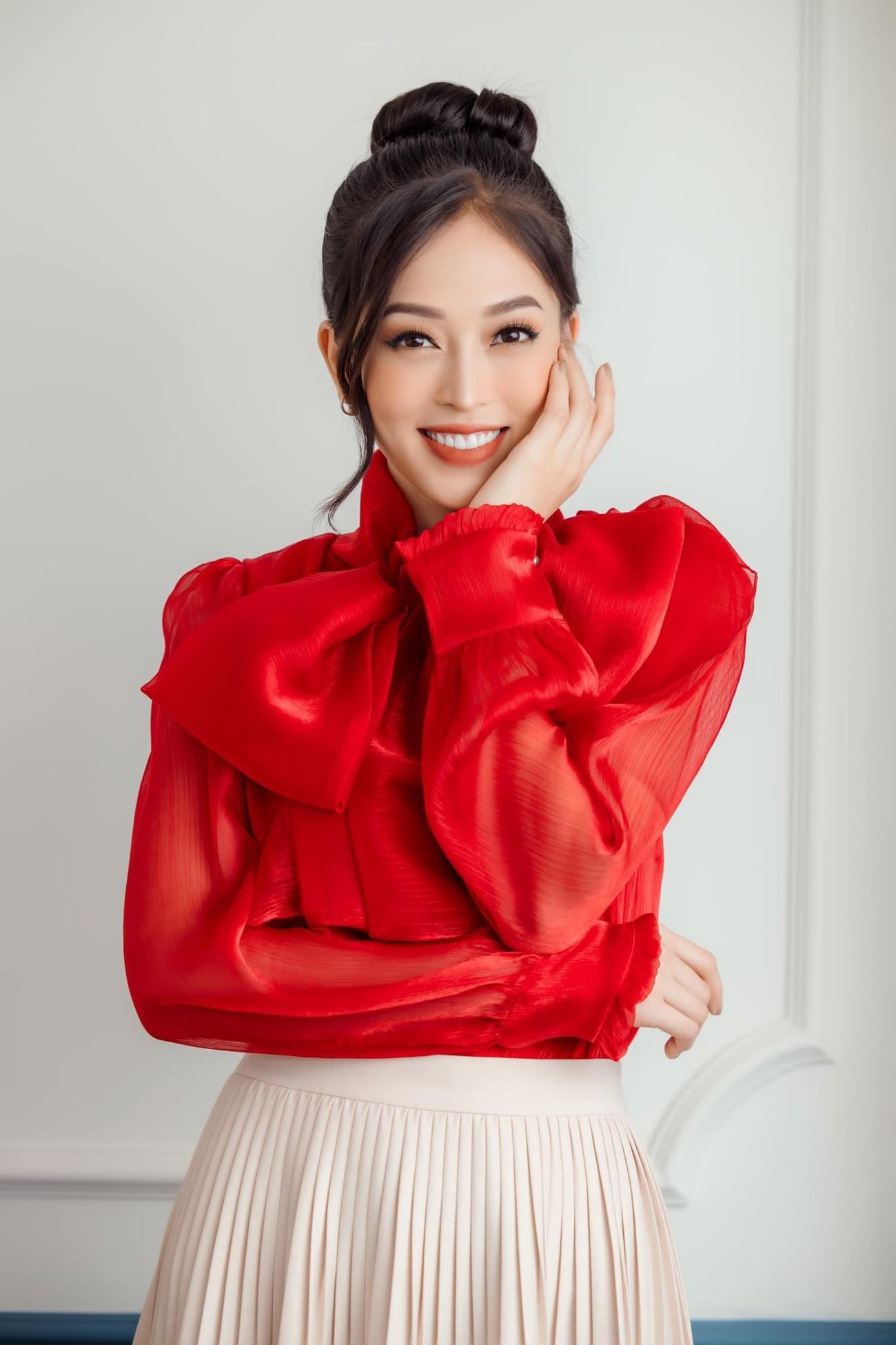 Tiểu Vy, Hà Kiều Anh và dàn hậu diện váy đỏ rực khoe dáng nóng bỏng đêm Giáng Sinh ảnh 11