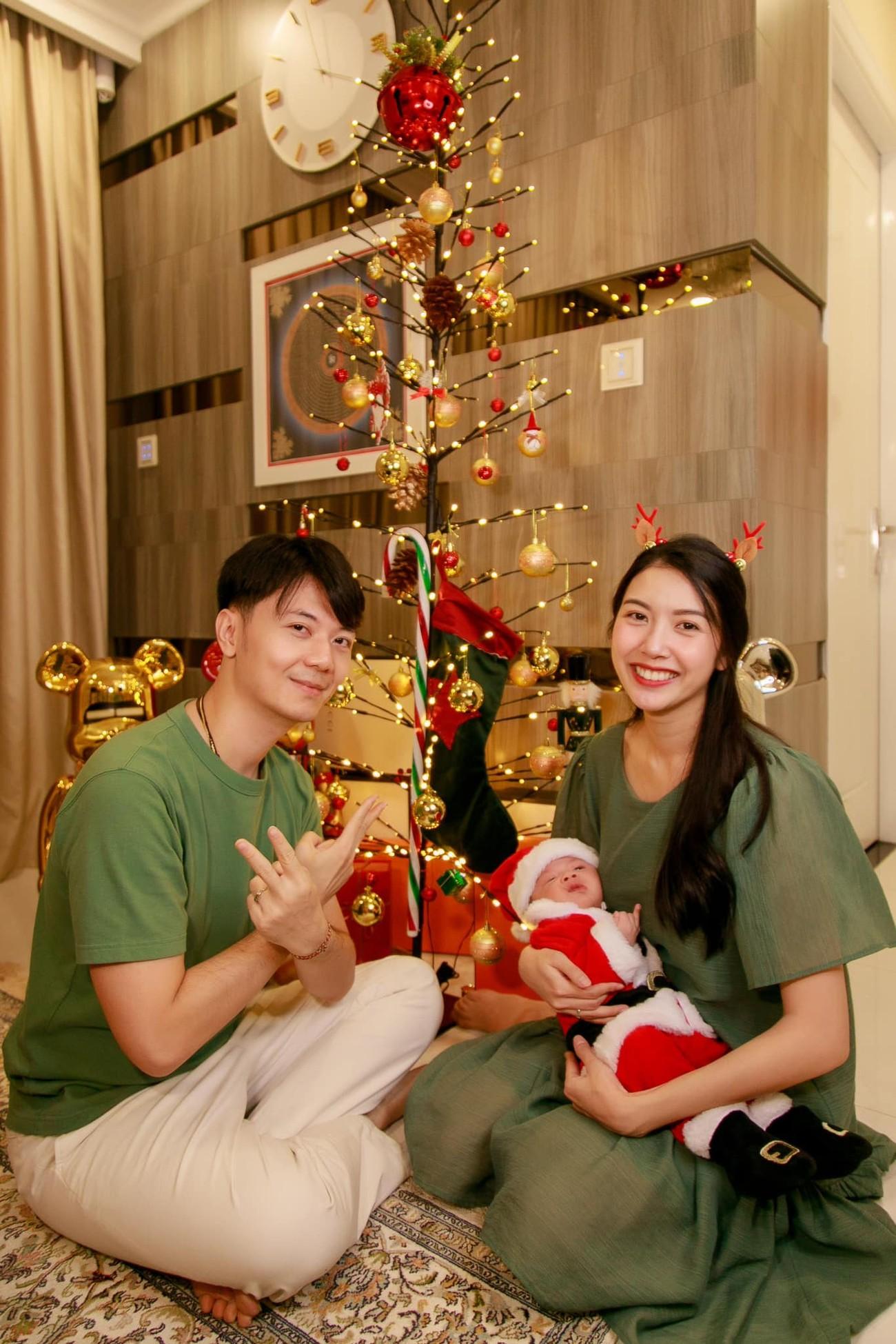 Tiểu Vy, Hà Kiều Anh và dàn hậu diện váy đỏ rực khoe dáng nóng bỏng đêm Giáng Sinh ảnh 18