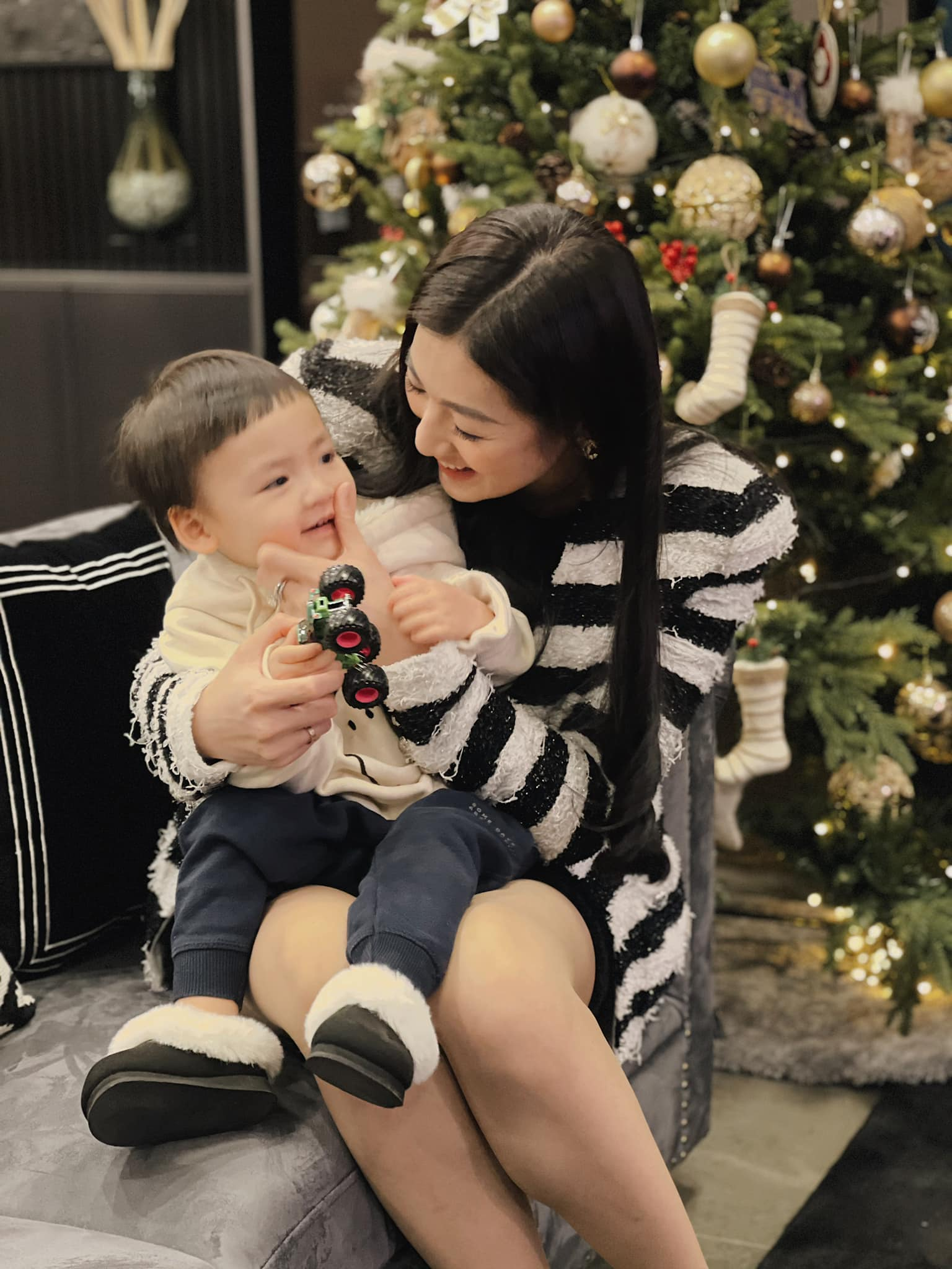 Tiểu Vy, Hà Kiều Anh và dàn hậu diện váy đỏ rực khoe dáng nóng bỏng đêm Giáng Sinh ảnh 17