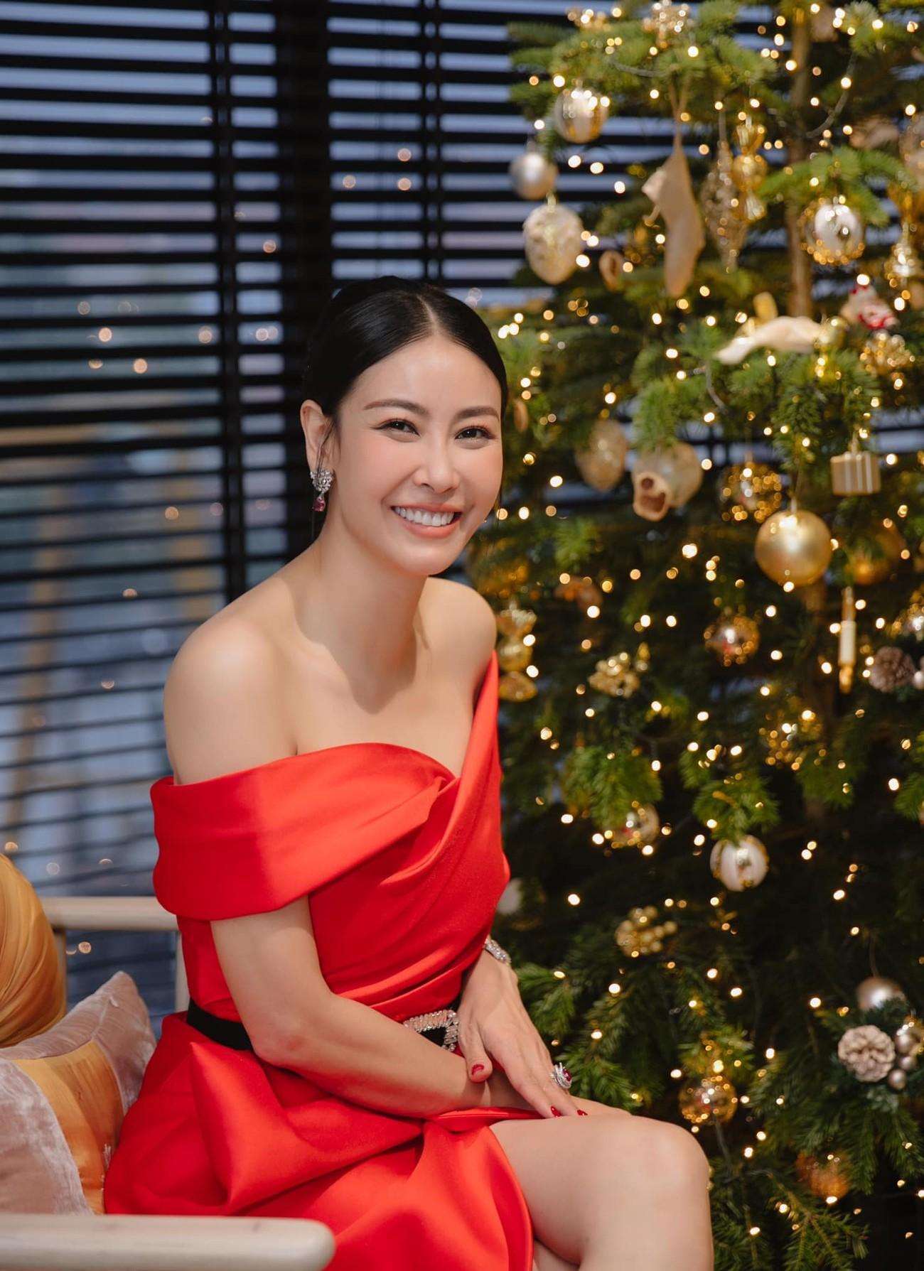 Tiểu Vy, Hà Kiều Anh và dàn hậu diện váy đỏ rực khoe dáng nóng bỏng đêm Giáng Sinh ảnh 3
