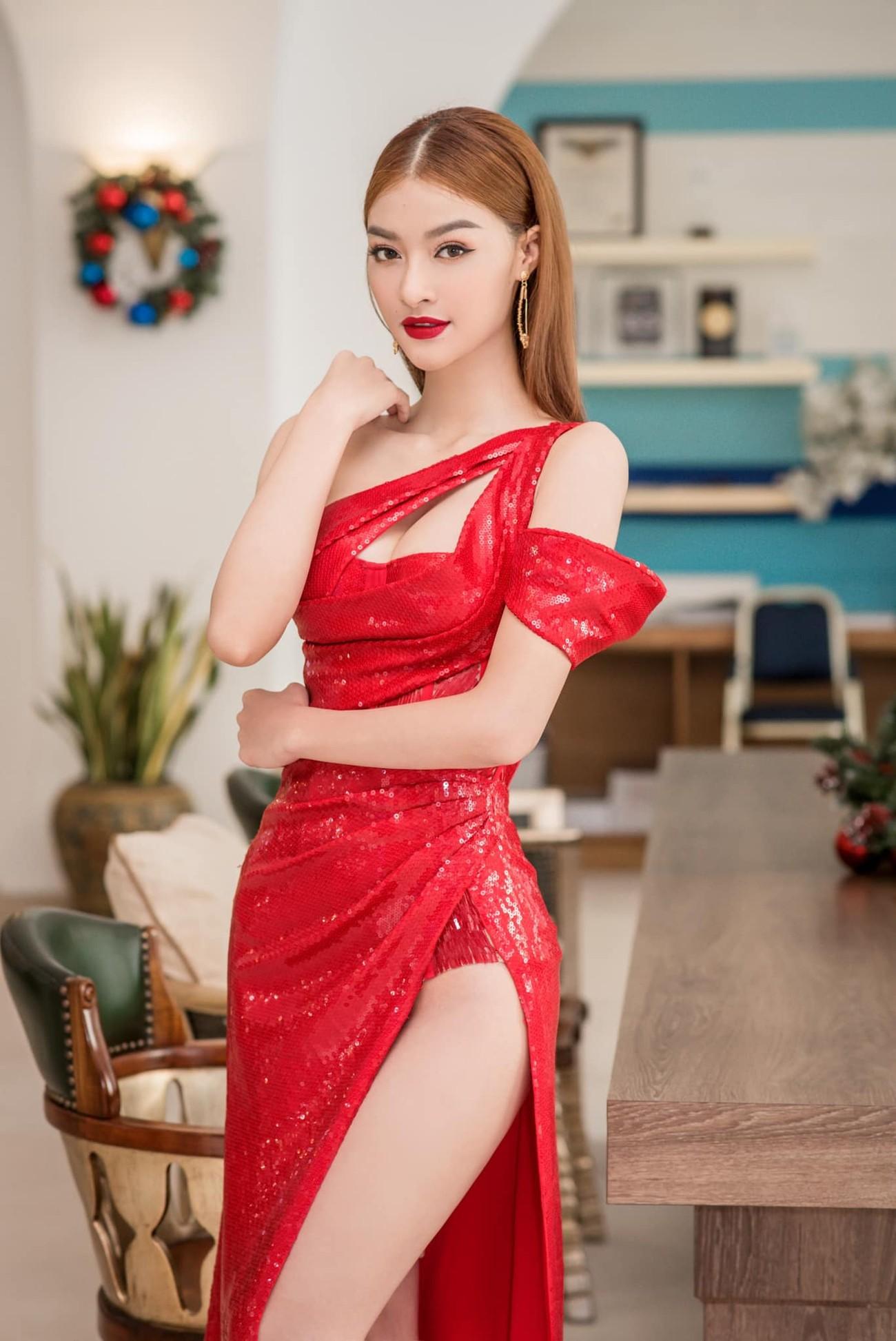 Tiểu Vy, Hà Kiều Anh và dàn hậu diện váy đỏ rực khoe dáng nóng bỏng đêm Giáng Sinh ảnh 5