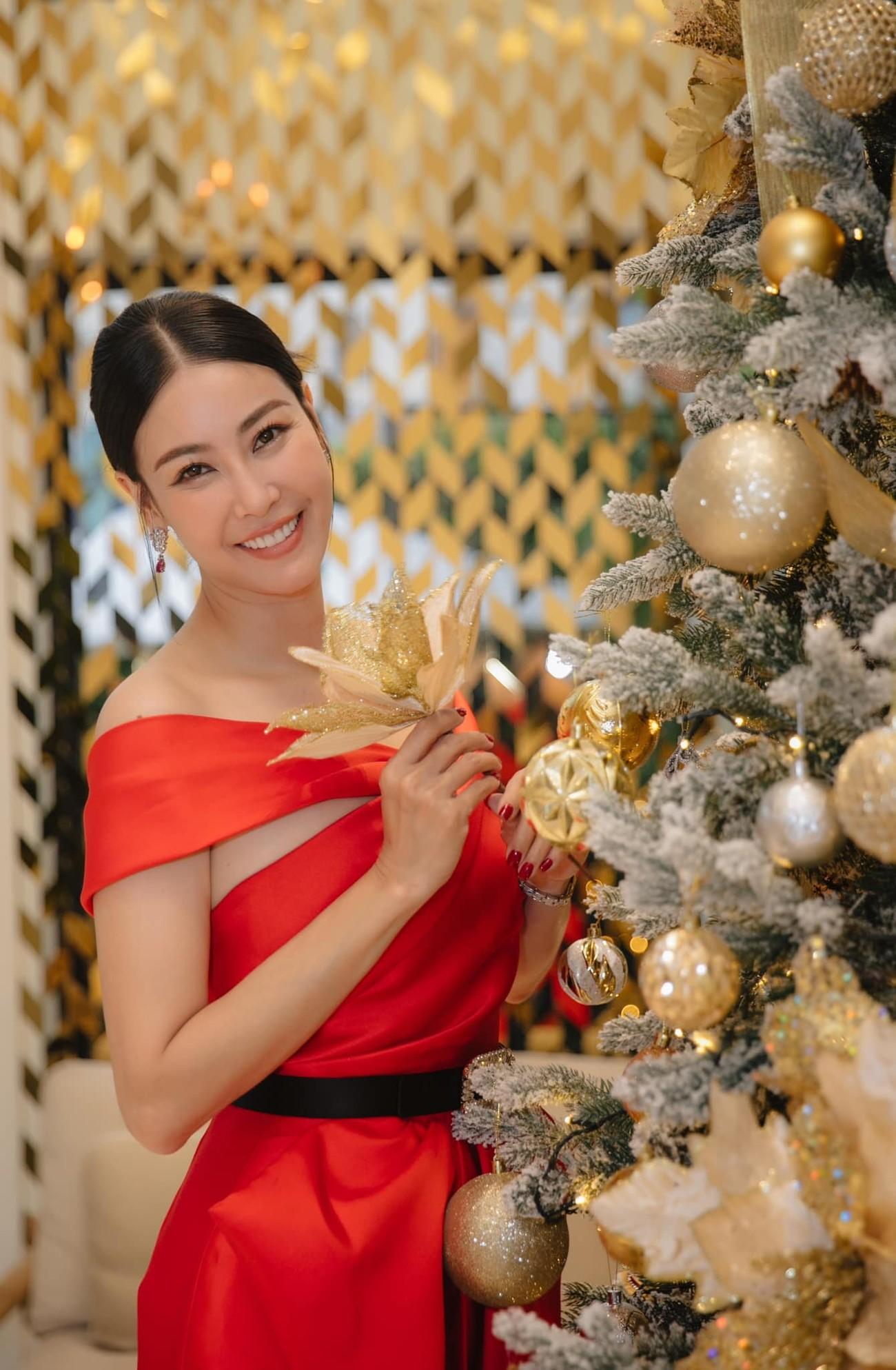 Tiểu Vy, Hà Kiều Anh và dàn hậu diện váy đỏ rực khoe dáng nóng bỏng đêm Giáng Sinh ảnh 4