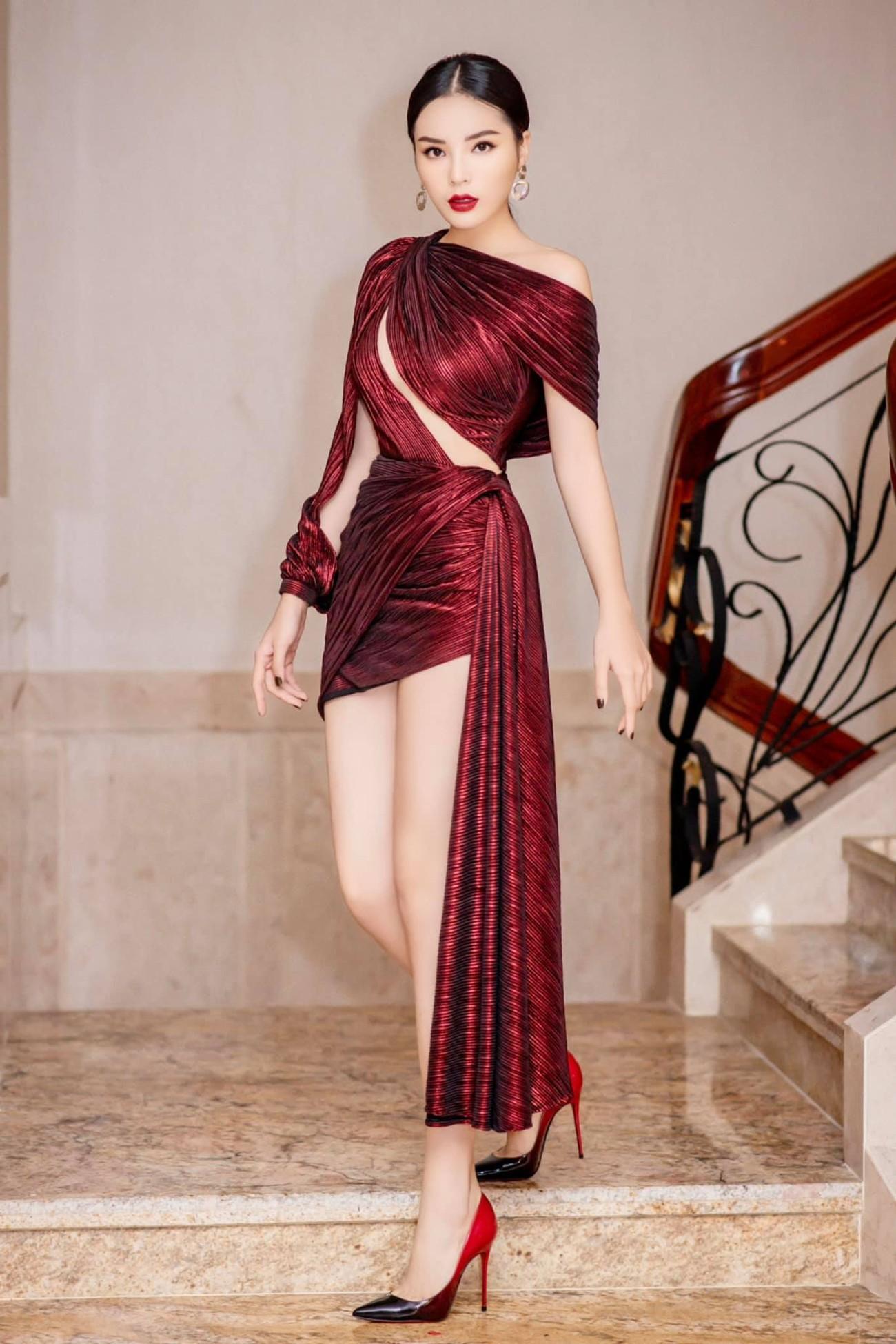 Tiểu Vy, Hà Kiều Anh và dàn hậu diện váy đỏ rực khoe dáng nóng bỏng đêm Giáng Sinh ảnh 14