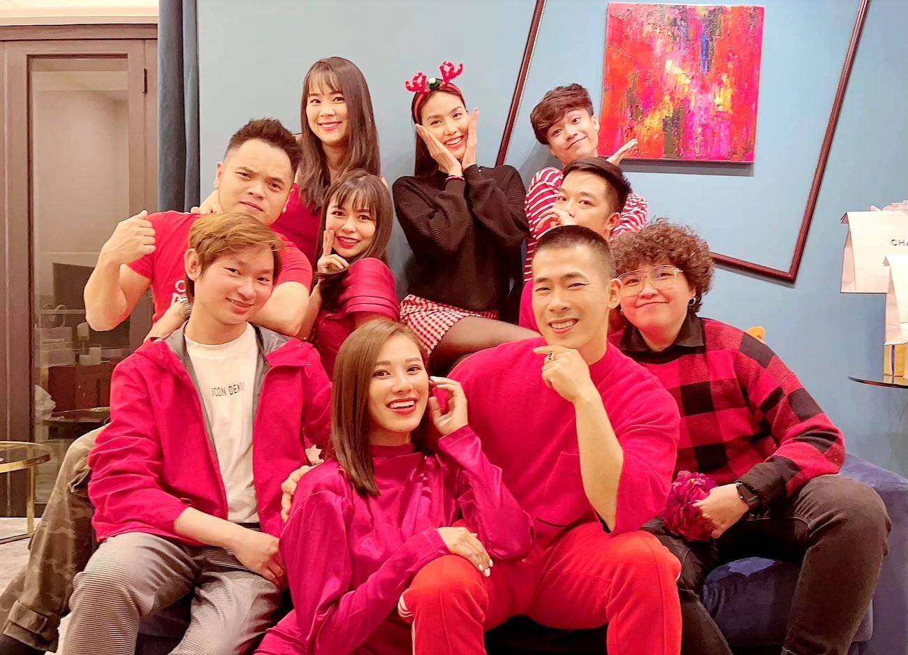 Tiểu Vy, Hà Kiều Anh và dàn hậu diện váy đỏ rực khoe dáng nóng bỏng đêm Giáng Sinh ảnh 19