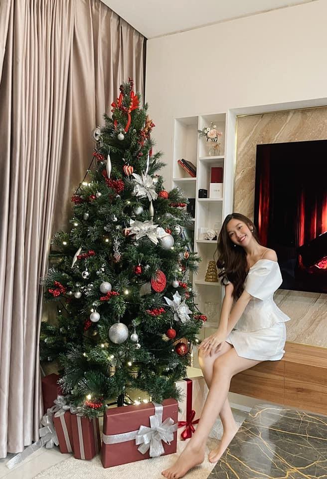 Tiểu Vy, Hà Kiều Anh và dàn hậu diện váy đỏ rực khoe dáng nóng bỏng đêm Giáng Sinh ảnh 15