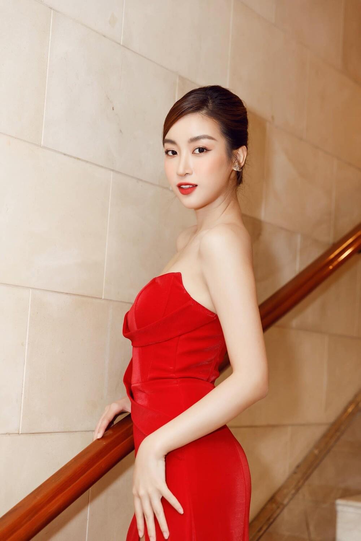 'Đụng' váy xẻ táo bạo với đàn chị Đỗ Mỹ Linh, Hoa hậu Đỗ Thị Hà thần thái rạng ngời ảnh 11