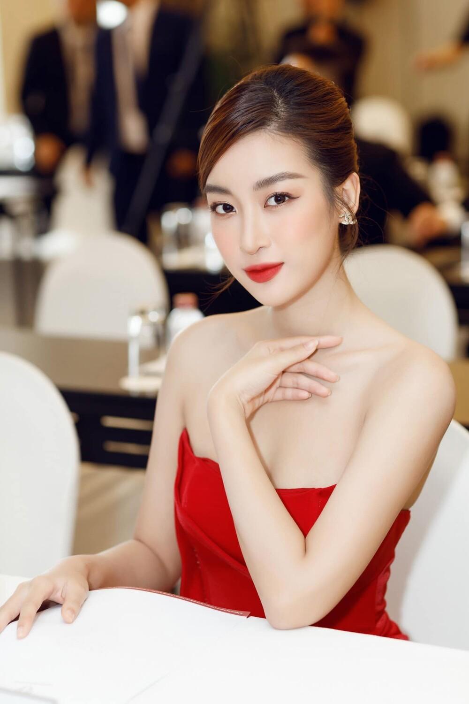 'Đụng' váy xẻ táo bạo với đàn chị Đỗ Mỹ Linh, Hoa hậu Đỗ Thị Hà thần thái rạng ngời ảnh 10