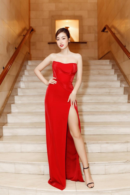 'Đụng' váy xẻ táo bạo với đàn chị Đỗ Mỹ Linh, Hoa hậu Đỗ Thị Hà thần thái rạng ngời ảnh 8
