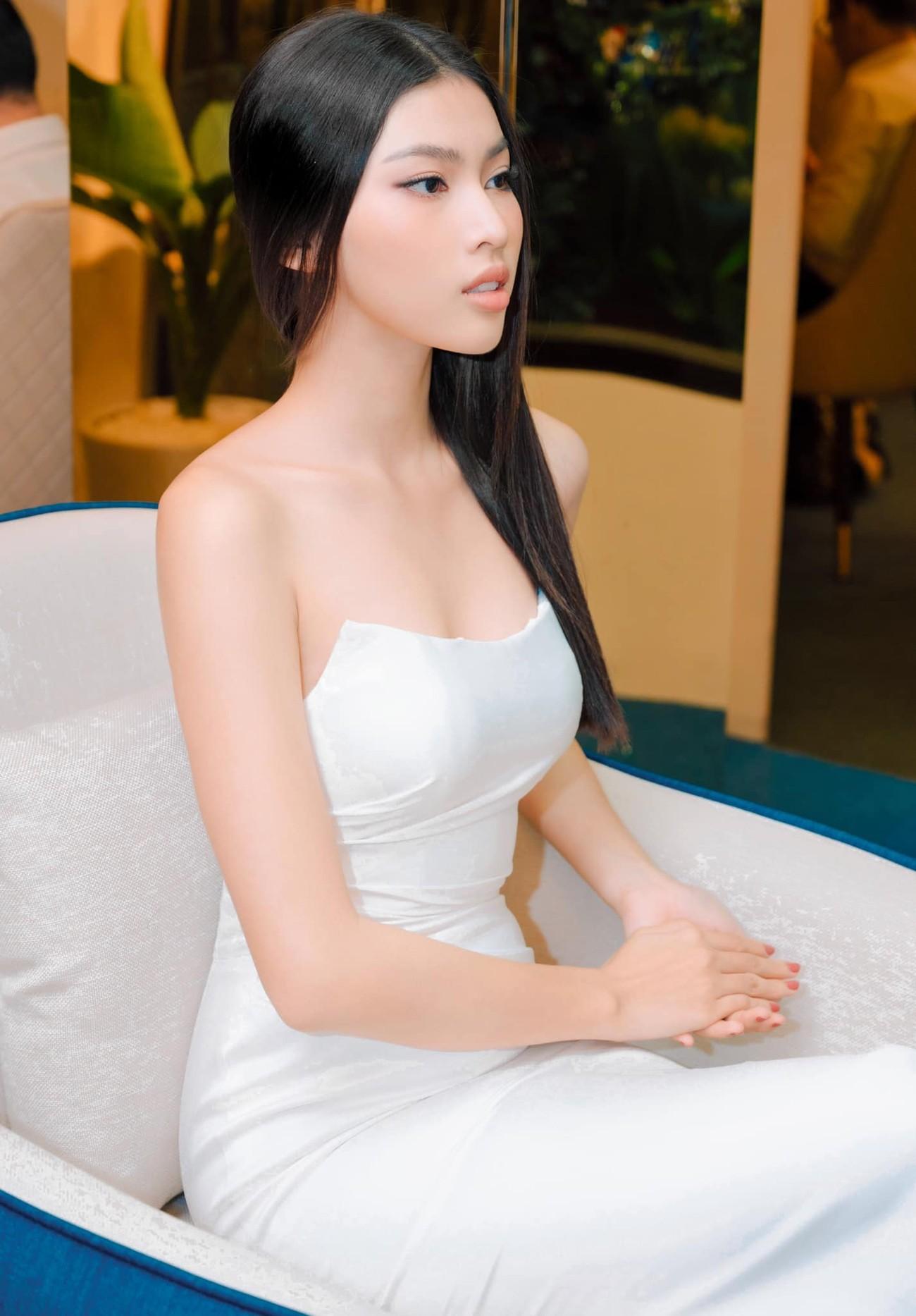 Minh Tú khoe vòng ba 'ngoại cỡ' khiến fans 'choáng váng', Kiều Loan diện váy cúp ngực sexy ảnh 7