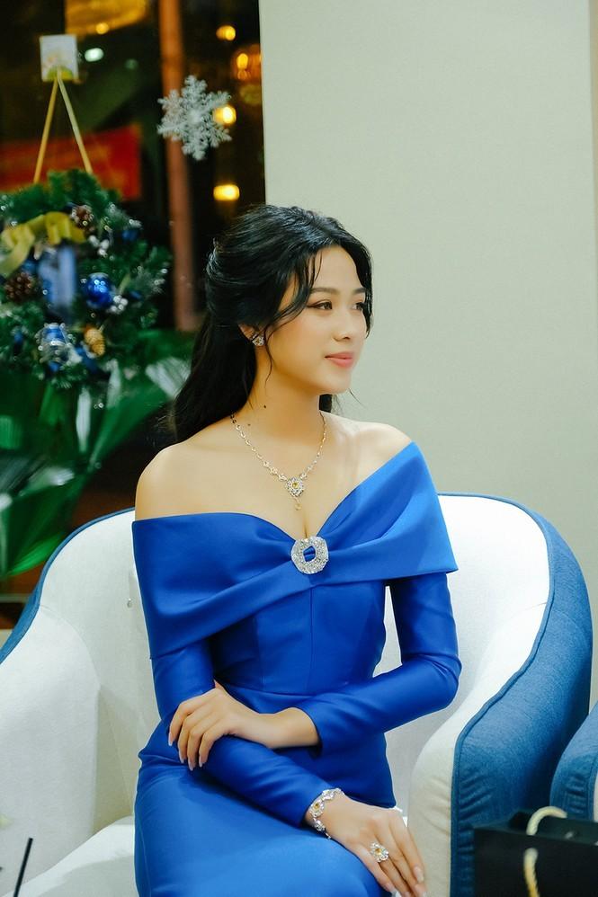 Nhan sắc ngày càng quyến rũ của Hoa hậu Đỗ Thị Hà sau 1 tháng đăng quang ảnh 7