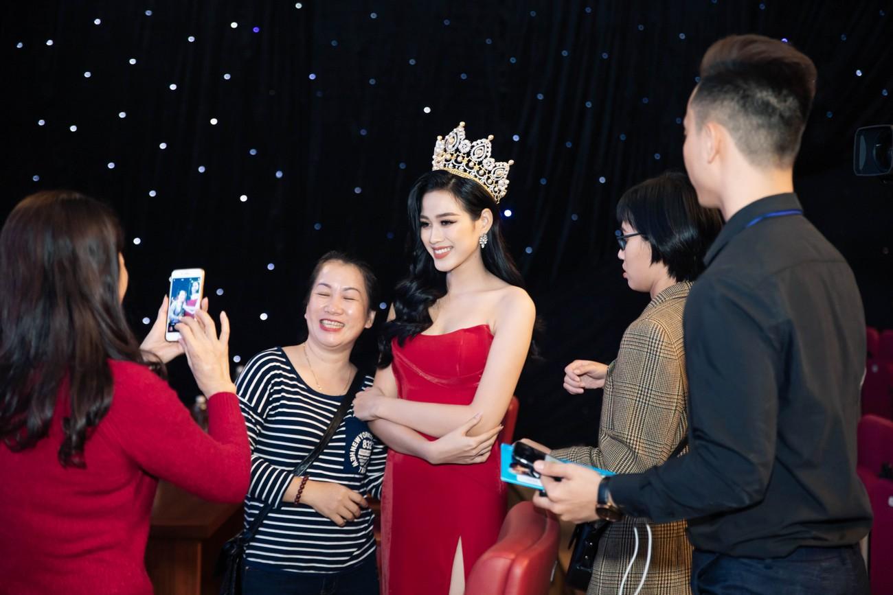 'Đụng' váy xẻ táo bạo với đàn chị Đỗ Mỹ Linh, Hoa hậu Đỗ Thị Hà thần thái rạng ngời ảnh 2