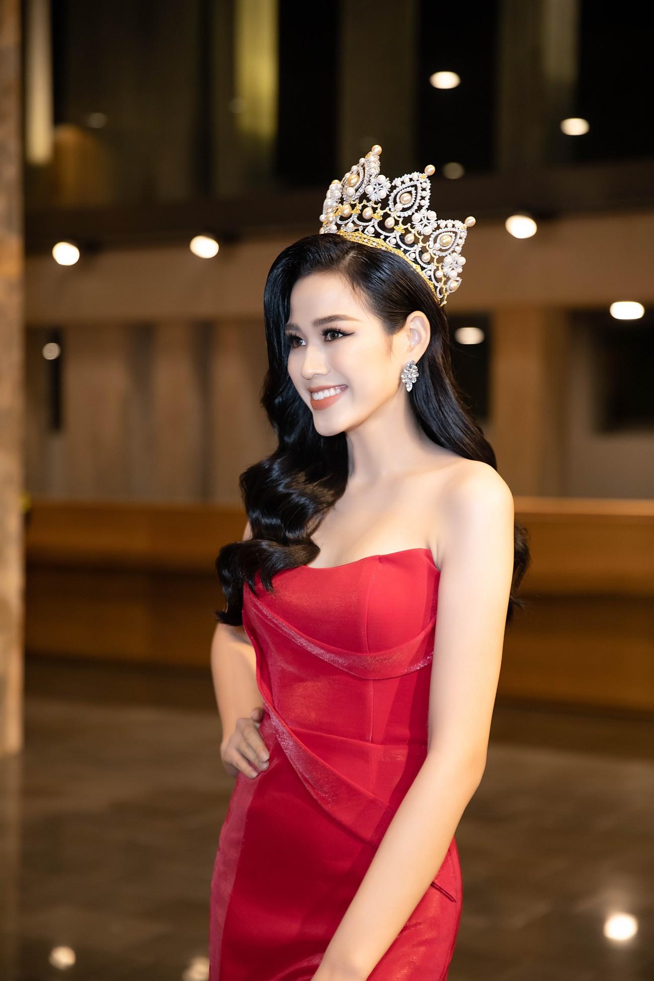 'Đụng' váy xẻ táo bạo với đàn chị Đỗ Mỹ Linh, Hoa hậu Đỗ Thị Hà thần thái rạng ngời ảnh 5