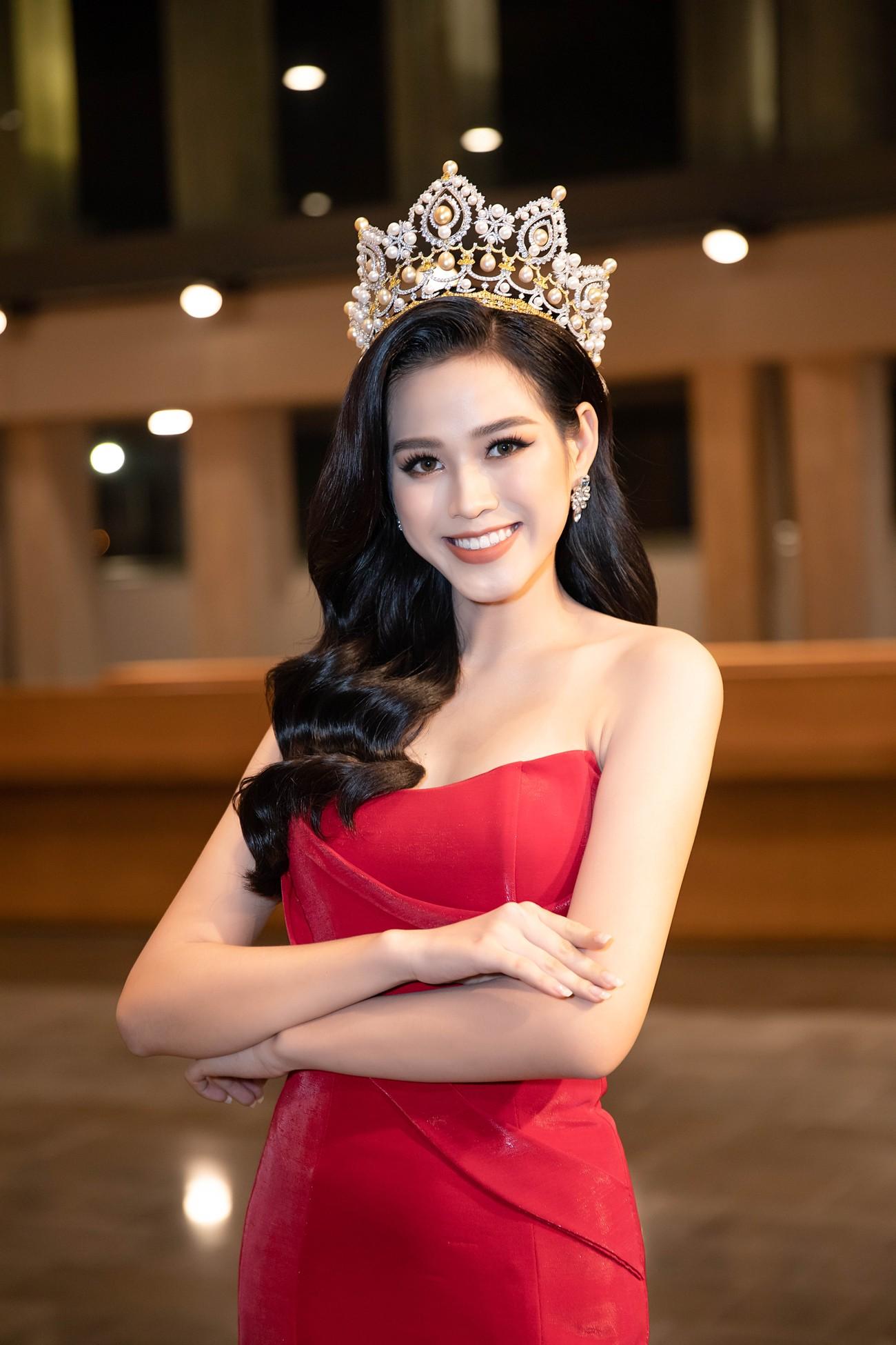 'Đụng' váy xẻ táo bạo với đàn chị Đỗ Mỹ Linh, Hoa hậu Đỗ Thị Hà thần thái rạng ngời ảnh 3