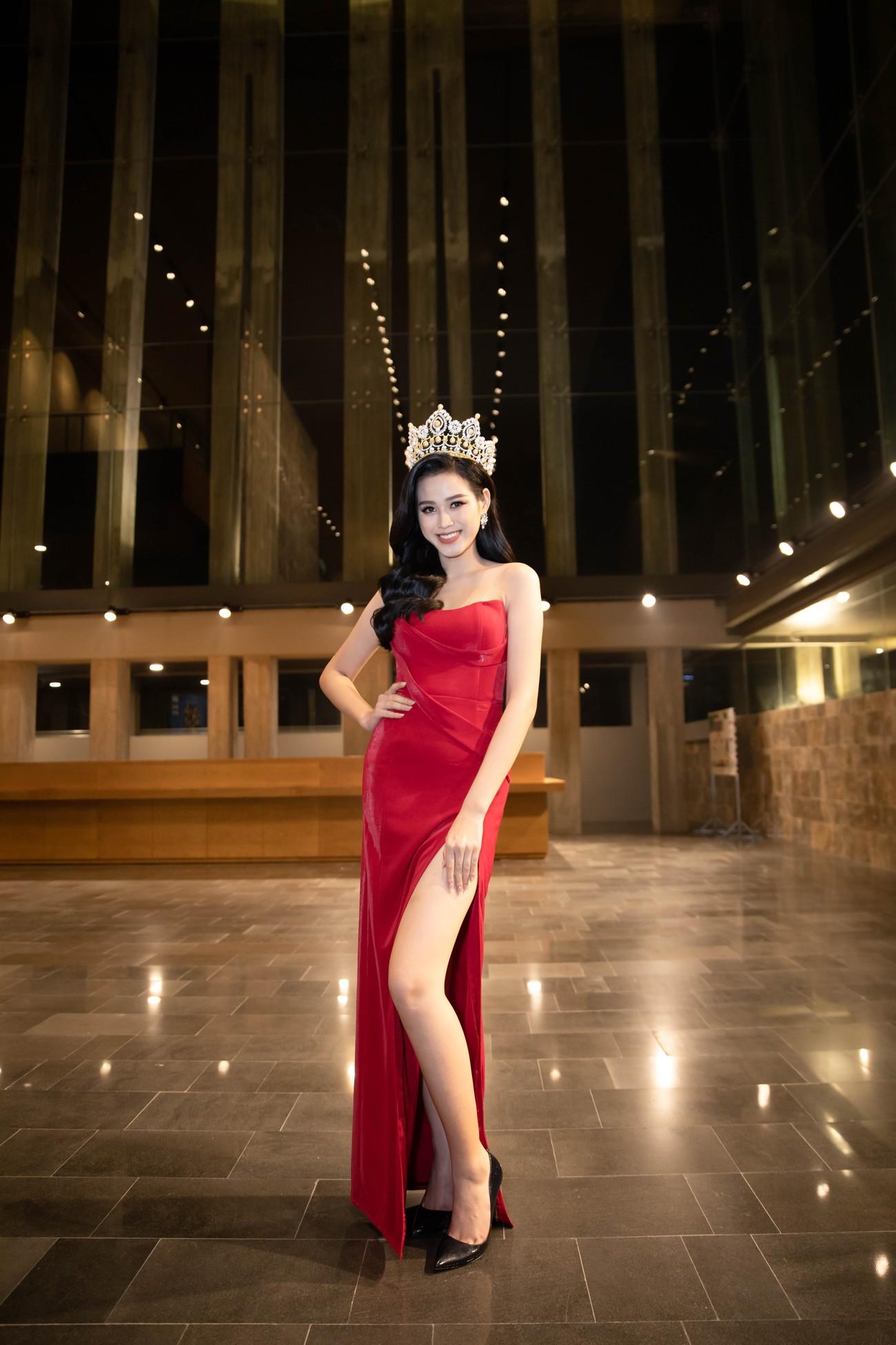 'Đụng' váy xẻ táo bạo với đàn chị Đỗ Mỹ Linh, Hoa hậu Đỗ Thị Hà thần thái rạng ngời ảnh 1
