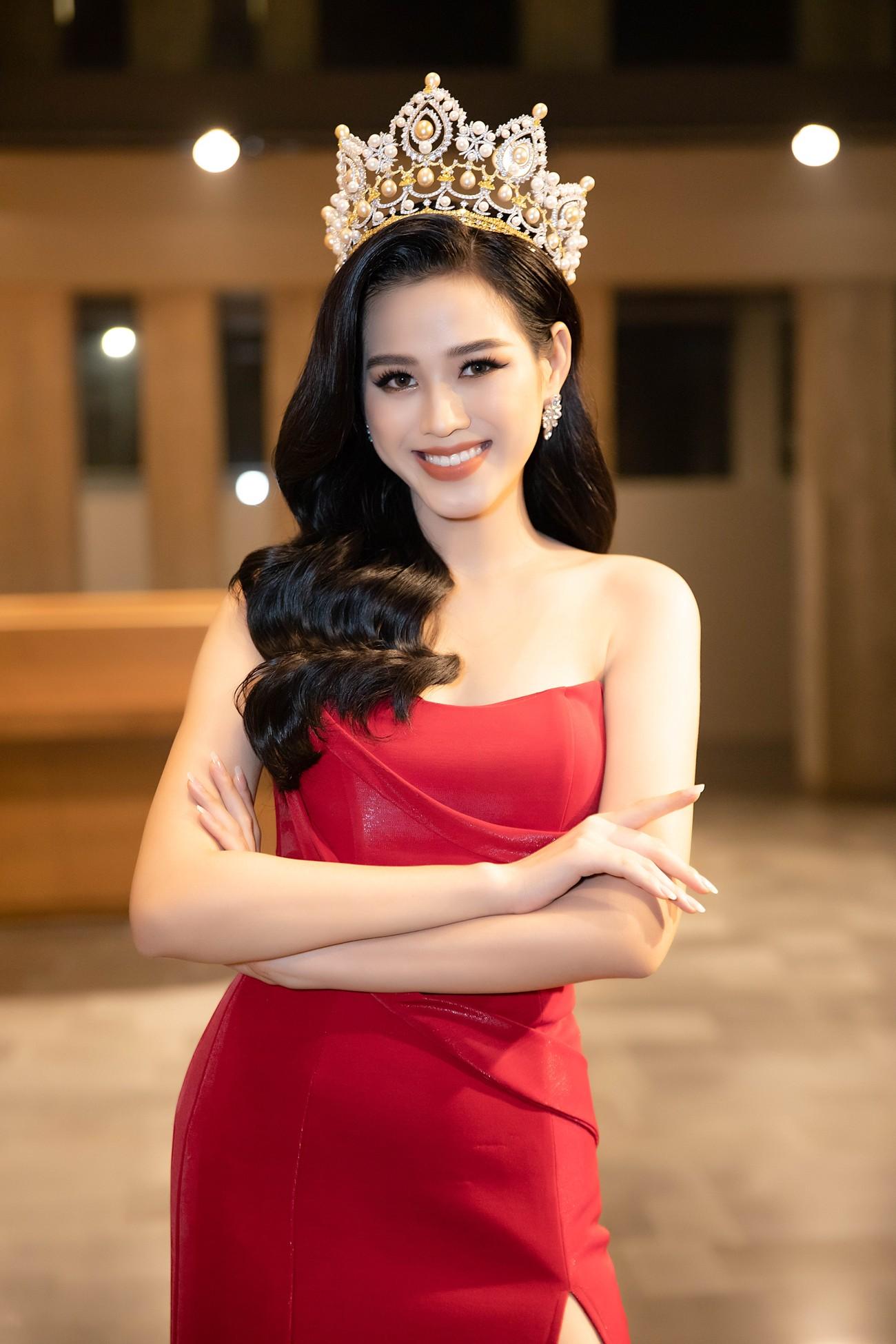 'Đụng' váy xẻ táo bạo với đàn chị Đỗ Mỹ Linh, Hoa hậu Đỗ Thị Hà thần thái rạng ngời ảnh 4