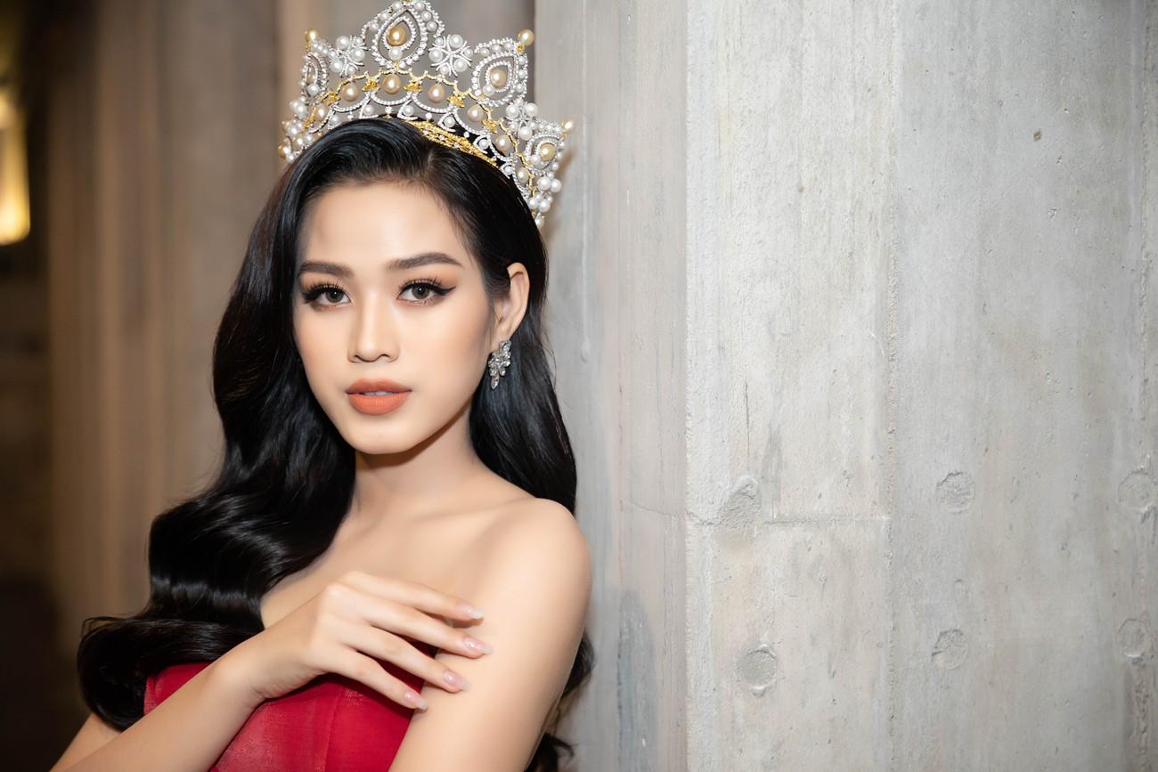 'Đụng' váy xẻ táo bạo với đàn chị Đỗ Mỹ Linh, Hoa hậu Đỗ Thị Hà thần thái rạng ngời ảnh 6