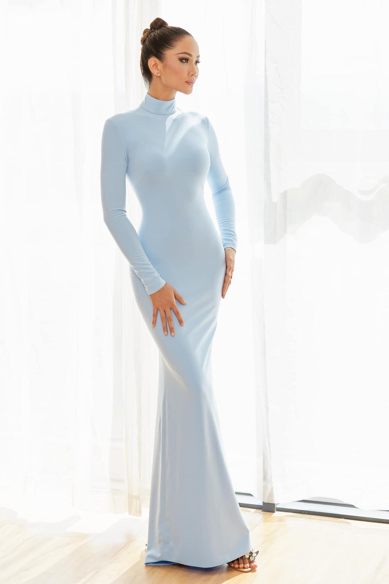 H'Hen Niê mặc kín mít vẫn lộ body nóng bỏng, Võ Hoàng Yến hoá cô dâu trên sàn diễn ảnh 1