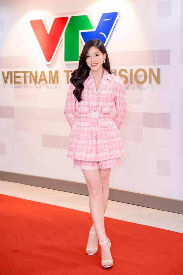 Hoa hậu Tiểu Vy mặc váy cô dâu khoe thềm ngực quyến rũ ảnh 11