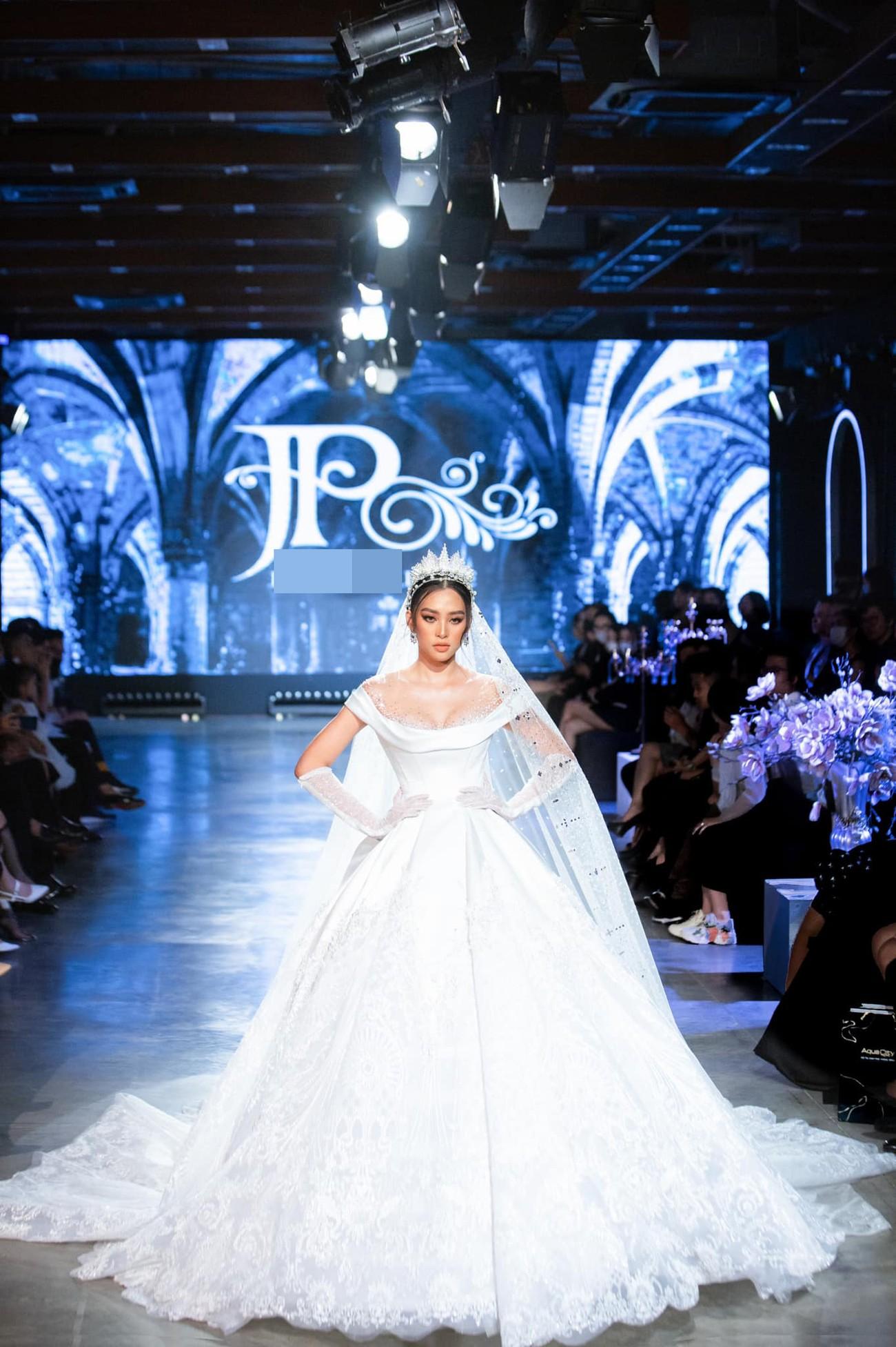 Hoa hậu Tiểu Vy mặc váy cô dâu khoe thềm ngực quyến rũ ảnh 1